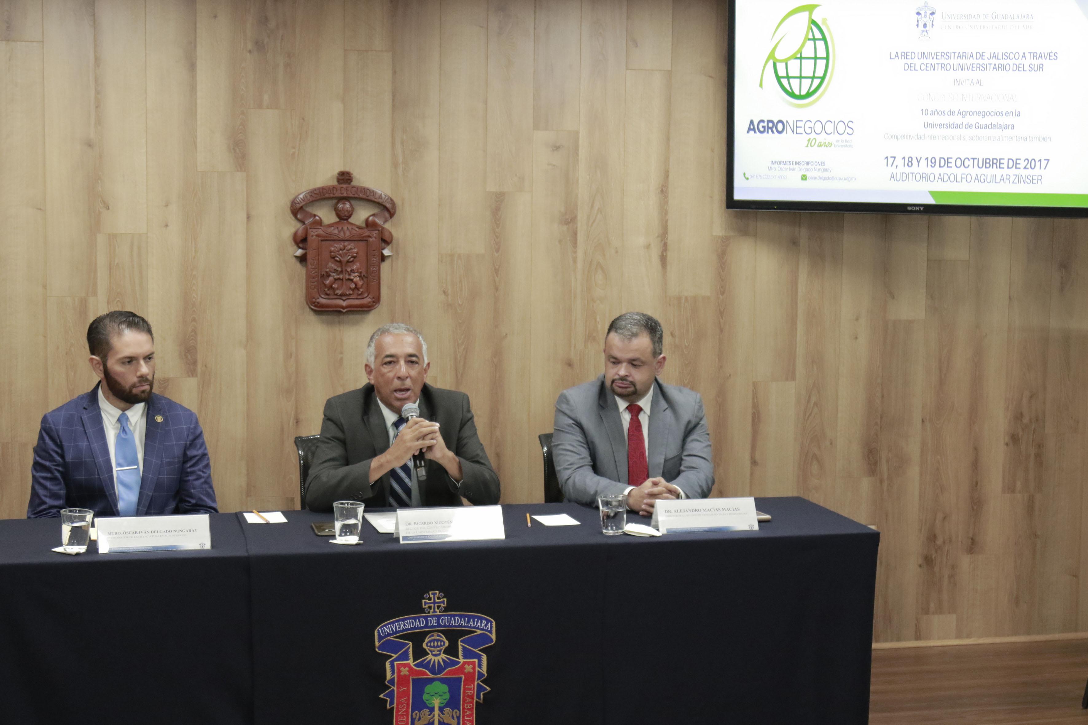 Dr. Ricardo Xicoténcatl García Cauzor, rector del CUSUR, haciendo uso de la palabra. A su lado izquierdo el Dr. Alejandro Macías Macías y a su lado derecho el Mtro. Óscar Iván Delgado Nungaray