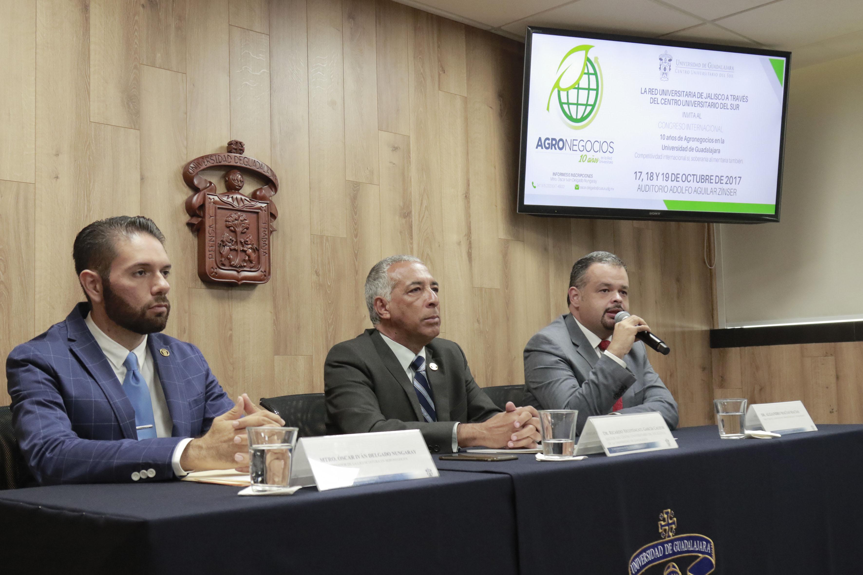 Dr. Alejandro Macías Macías haciendo uso de la palabra.
