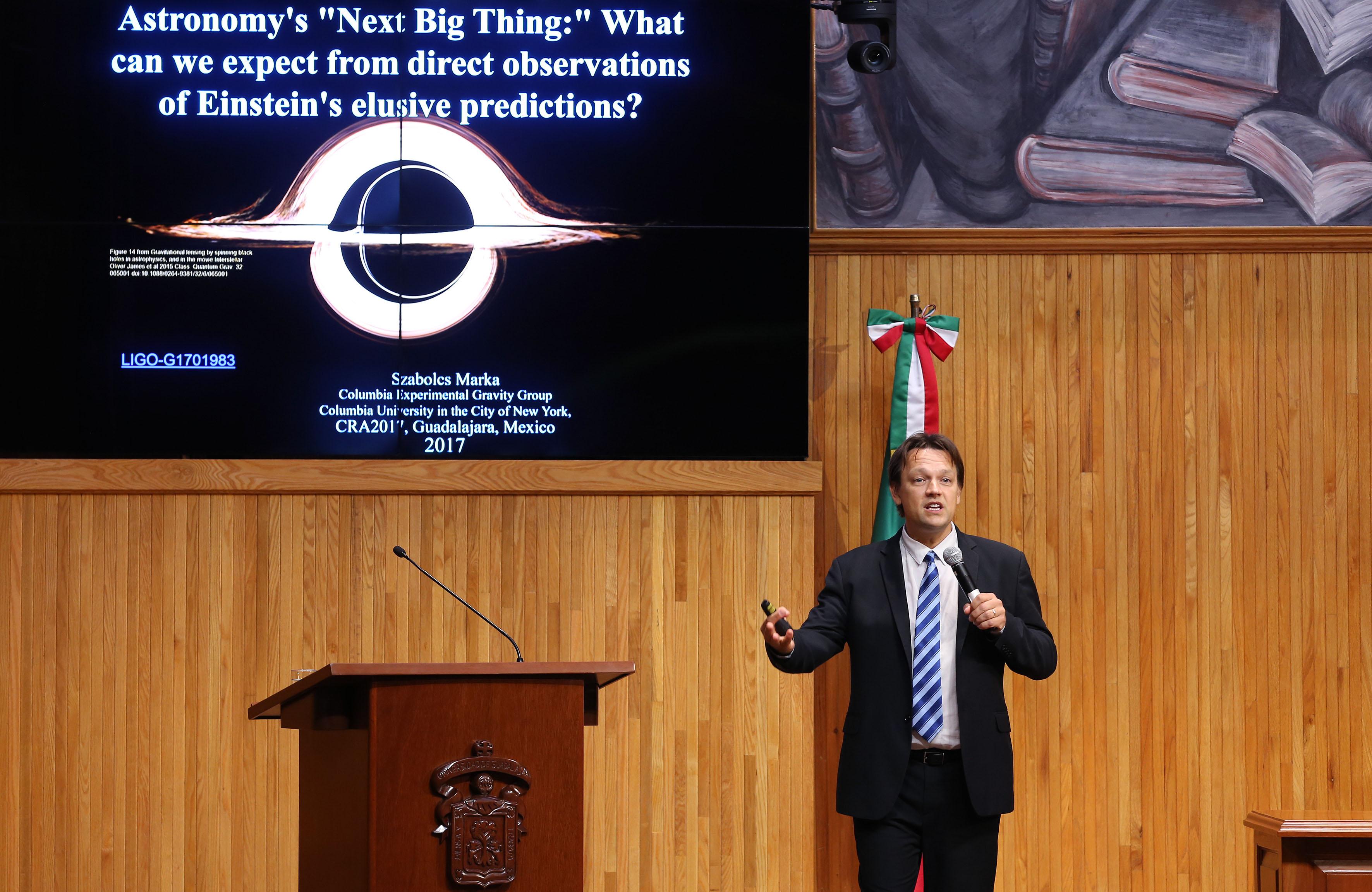 """En el Paraninfo Enrique Díaz de León, impartió la conferencia magistral """"El siguiente gran salto de la astronomía: multi mensajeros con las predicciones elusivas de Einstein; las ondas gravitacionales""""."""