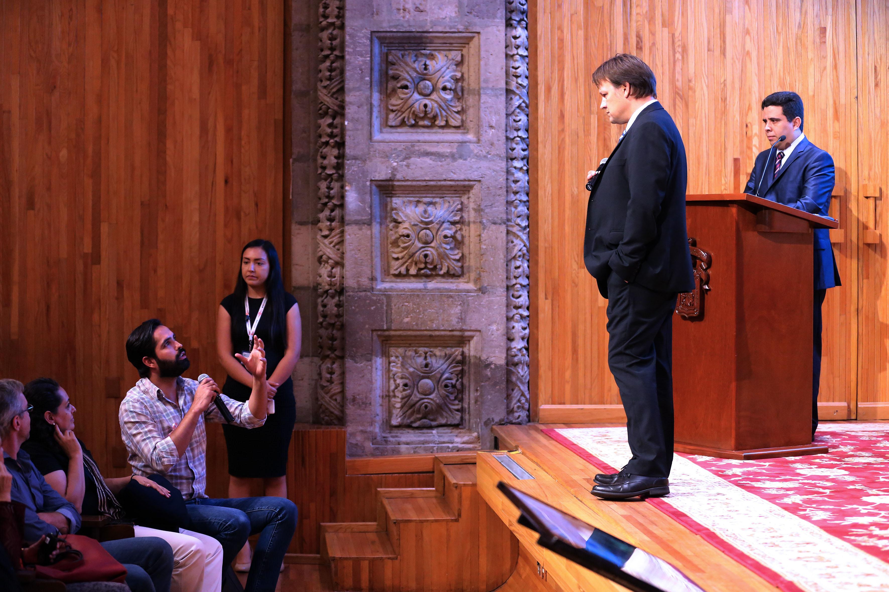Publico asistente haciendo preguntas al Doctor Marka Szabolcs, académico de la Universidad de Columbia, en Nueva York,