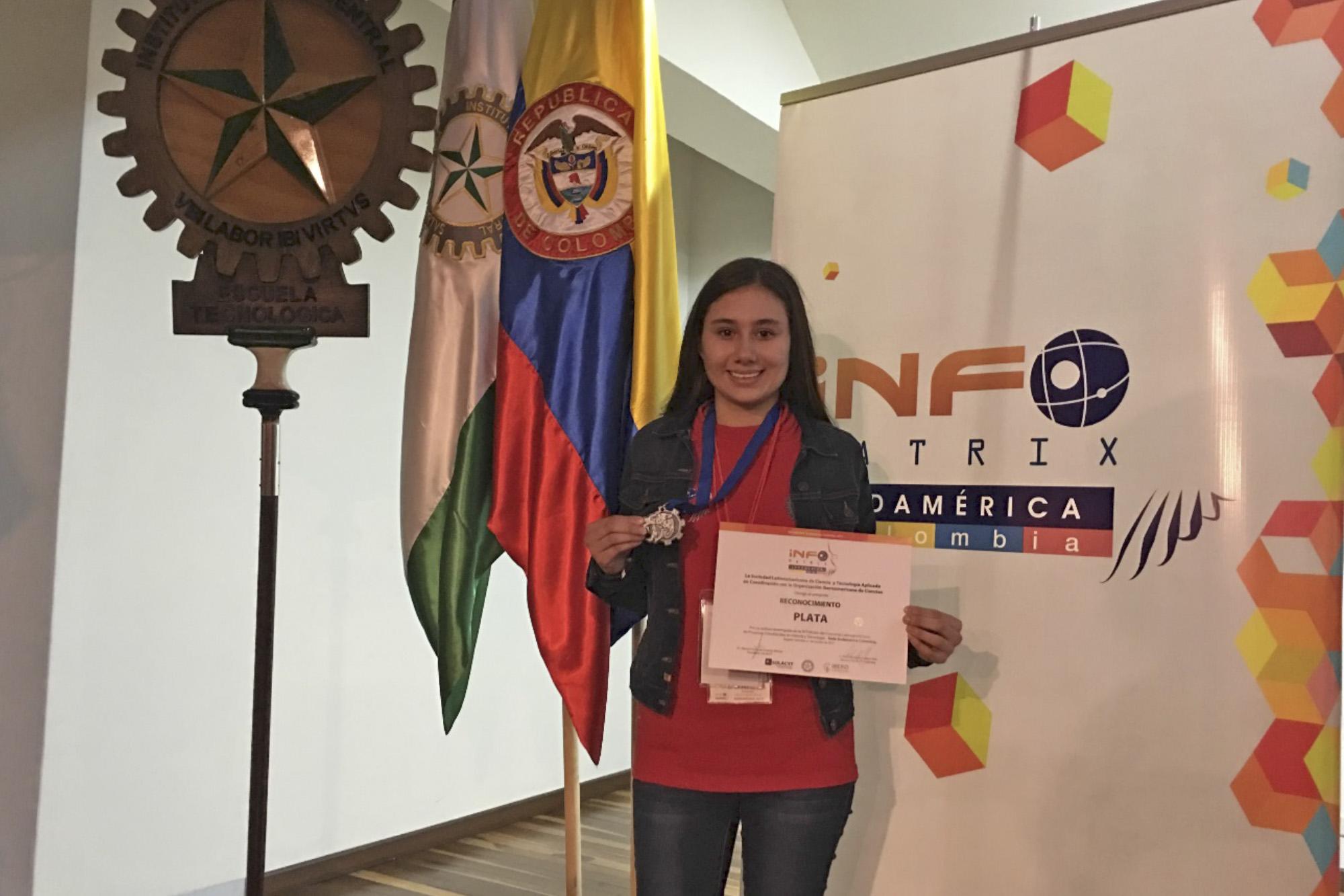 Estudiante de la Preparatoria de San Juan de los Lagos de la Universidad de Guadalajara (UdeG), Jazmín Aguirre Padilla, mostrando su medalla de plata ganada en Infomatrix Sudamérica Colombia 2017.