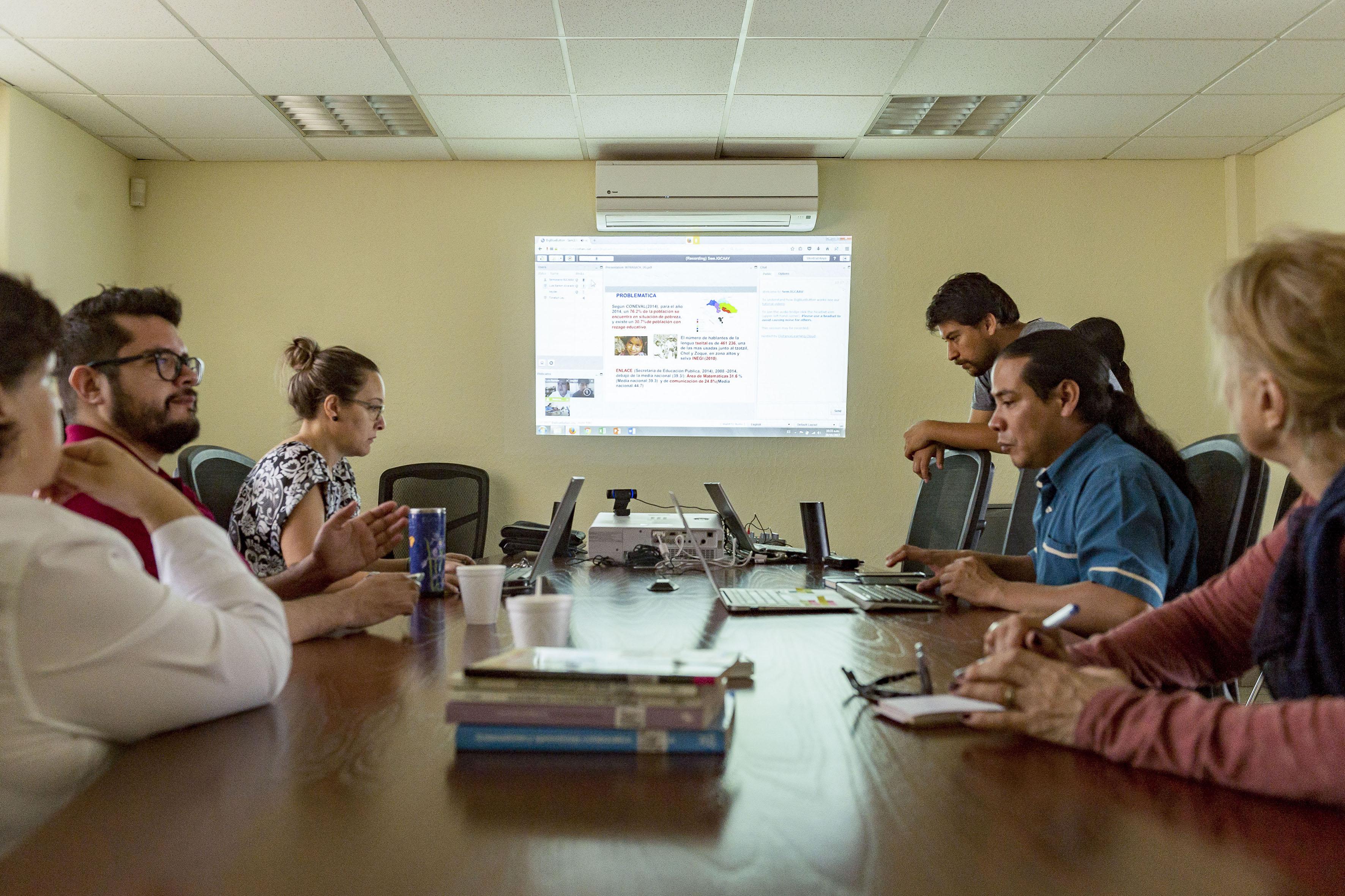 """Activistas y académicos participantes en la charla """"Redes comunitarias de telecomunicaciones"""", organizada este viernes por UDGVirtual, de la Universidad de Guadalajara."""