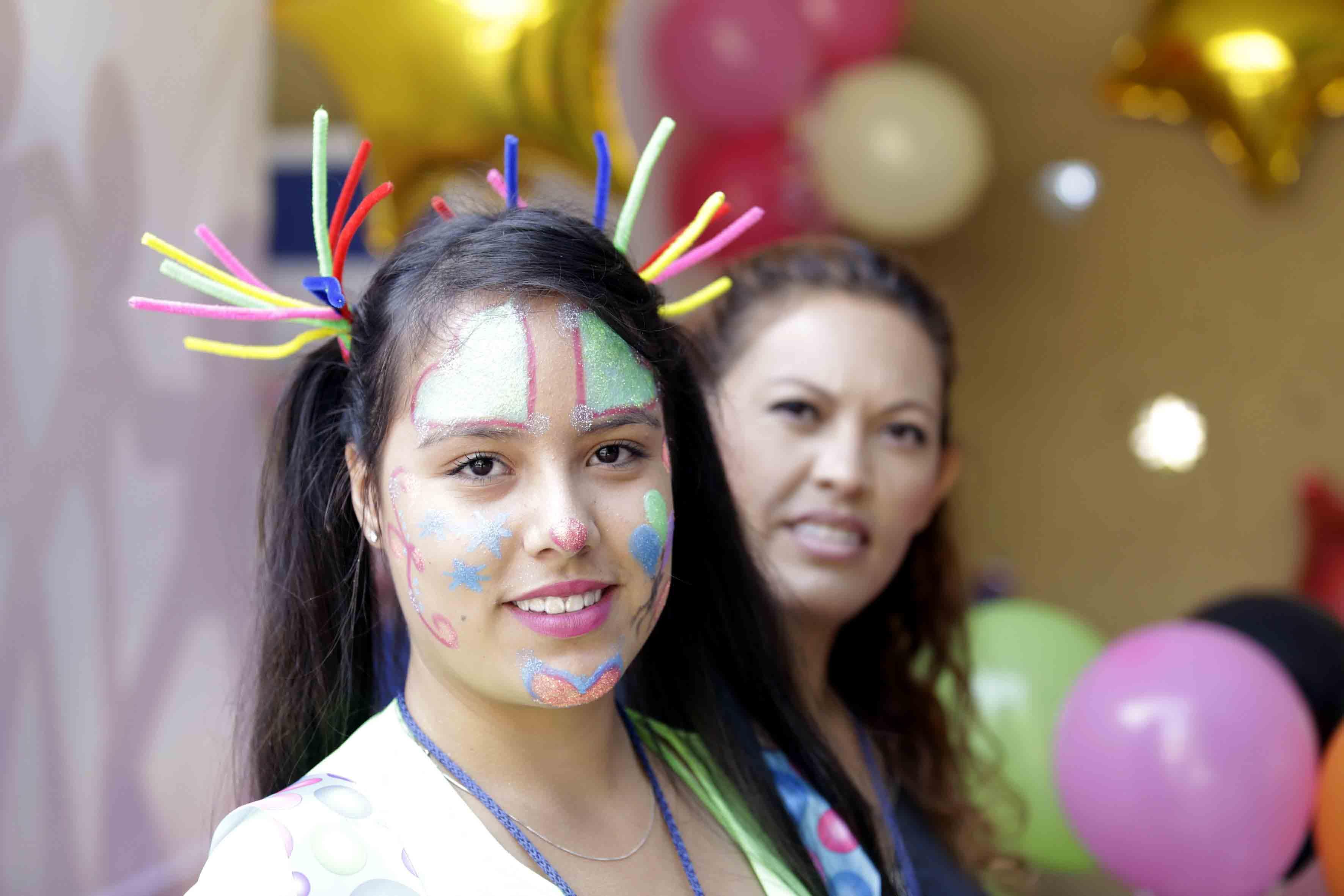 Joven con cara pintada participando en la expo