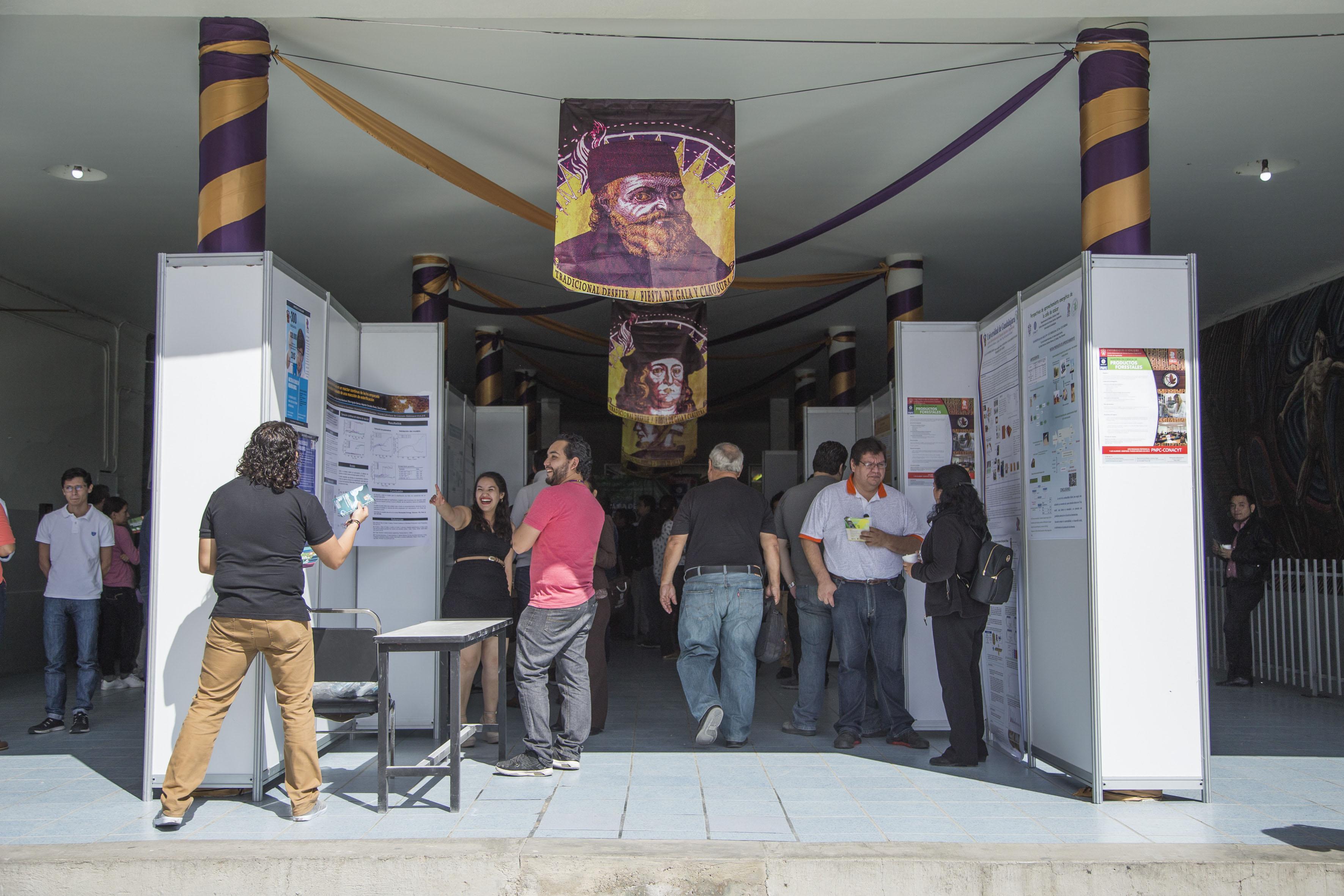 Publico asistente a la  Feria de Posgrados, la primera de su tipo en el plantel y en la cual se divulgó información de 12 maestrías y doctorados.