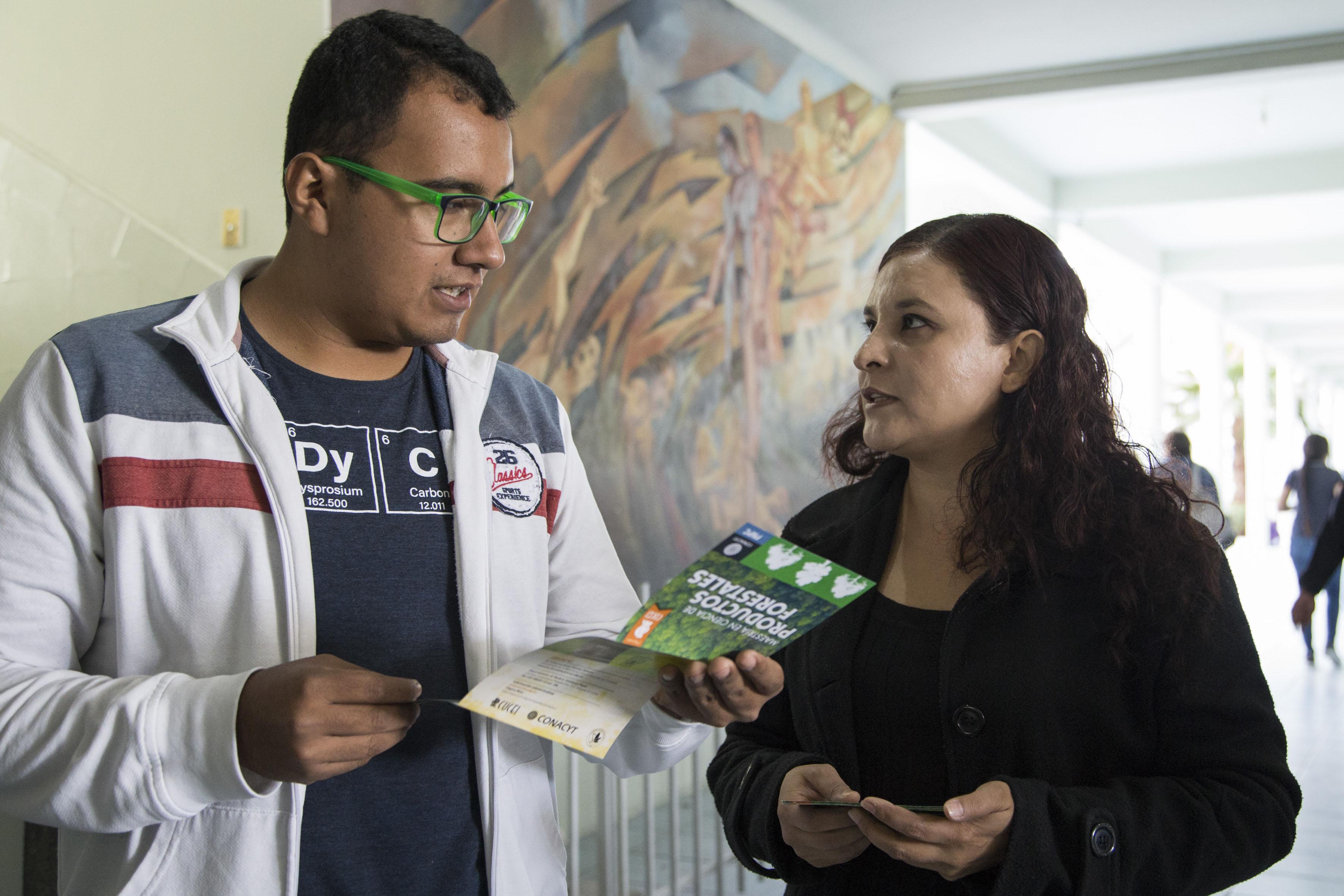 Estudiante dando informes en la  Feria de Posgrados, la primera de su tipo en el plantel y en la cual se divulgó información de 12 maestrías y doctorados.
