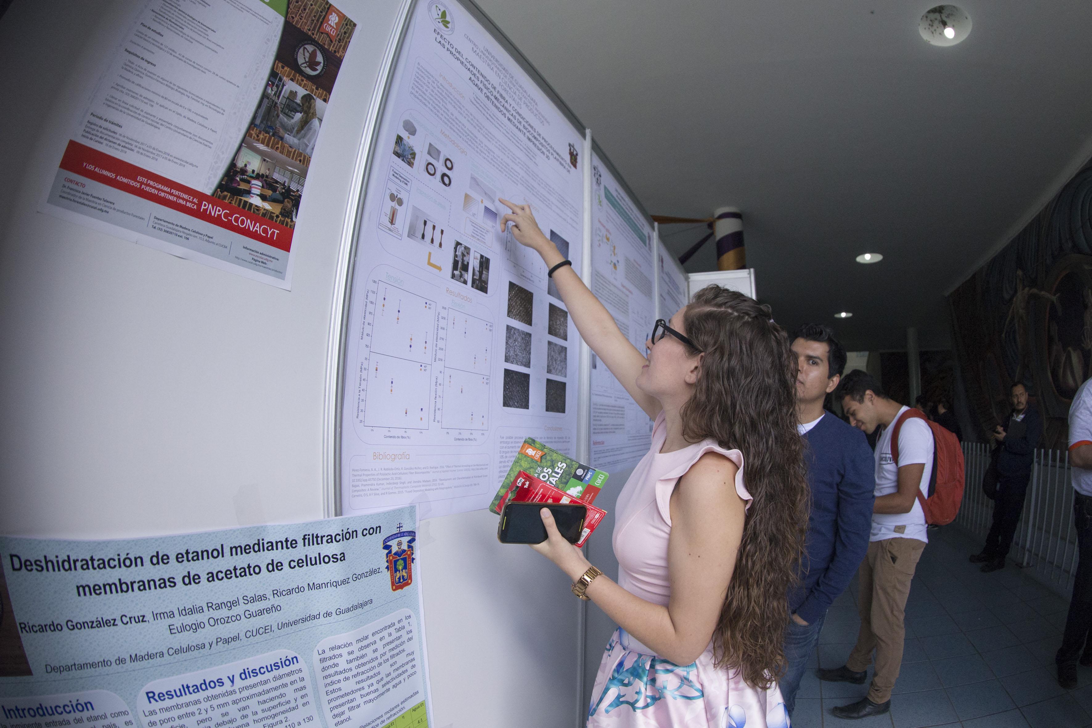 Estudiantes participando en la  Feria de Posgrados, la primera de su tipo en el plantel y en la cual se divulgó información de 12 maestrías y doctorados.