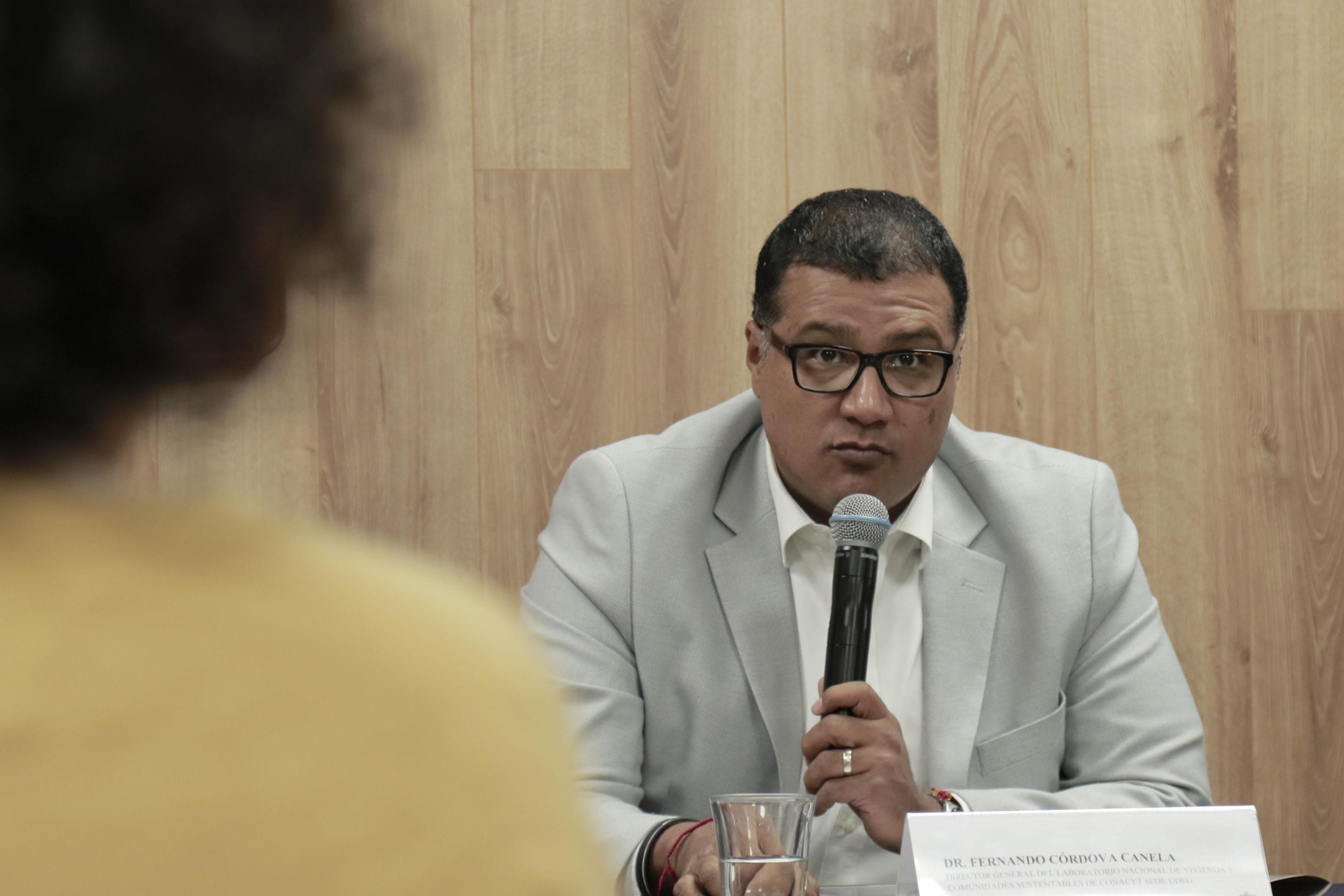 Dr.  Fernando Córdova Canela, Director General de la sede UdeG del Laboratorio Nacional de Vivienda y Comunidades Sustentables del Conacyt, haciendo uso de la palabra