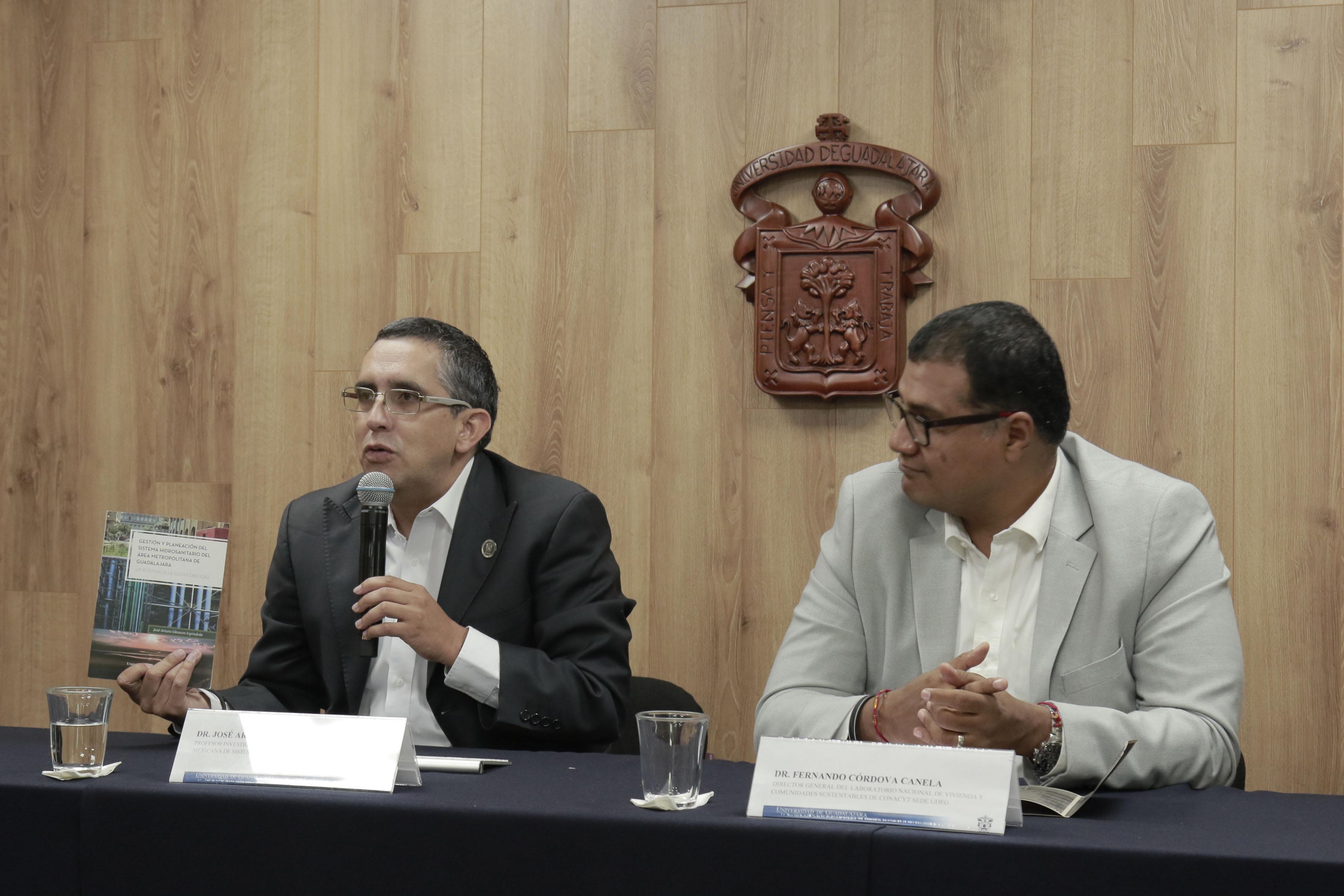Dr. José Arturo Gleason Espíndola, investigador del Centro Universitario de Arte, Arquitectura y Diseño (CUAAD) y miembro de la Asociación Mexicana de Sistemas de Captación de Agua de Lluvia, haciendo uso de la palabra