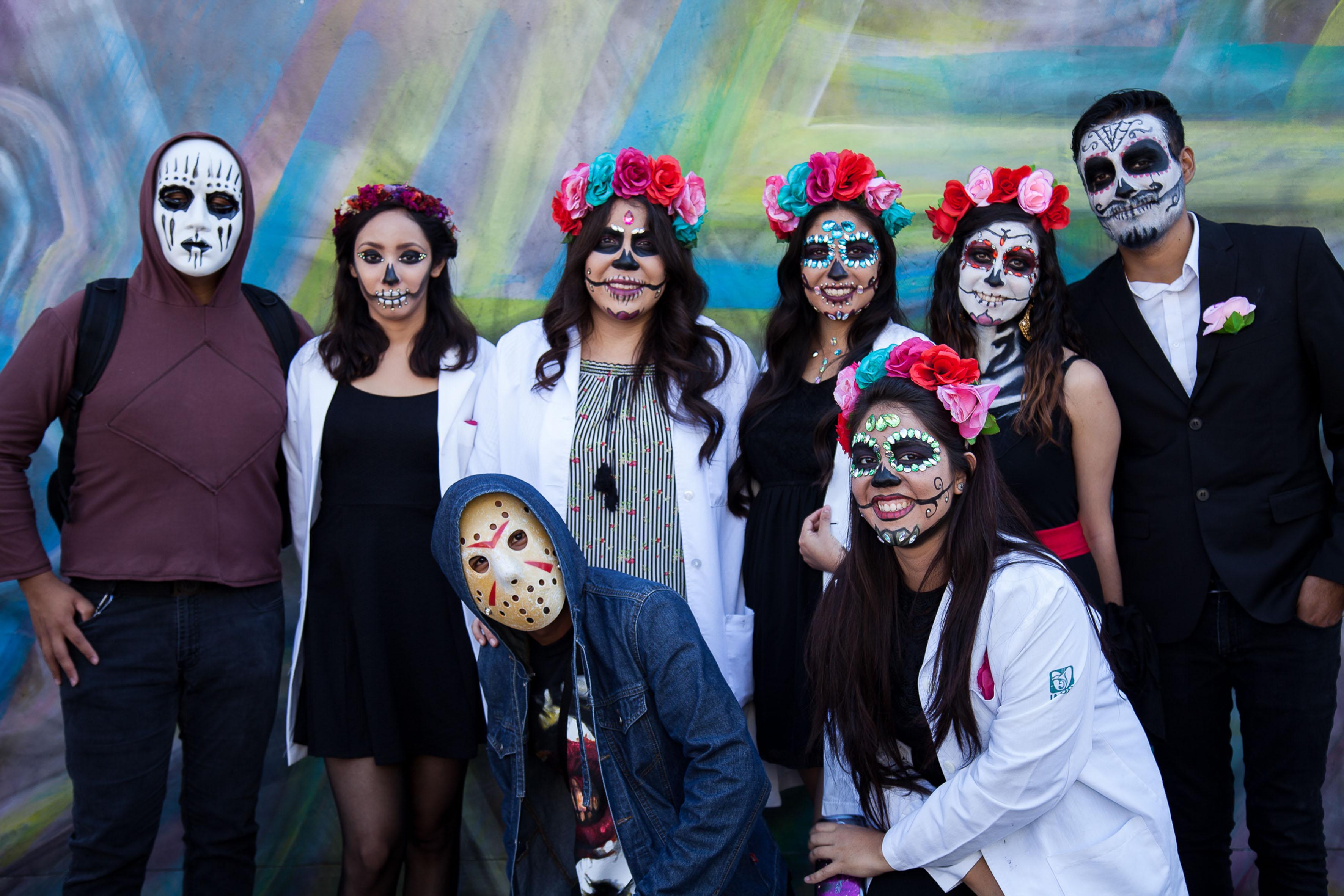 Brujas, monstruos y personajes de películas de terror y caricaturas se dieron cita en la Rambla Cataluña para celebrar una edición más del Aquelarre, organizado por estudiantes de la licenciatura en Química del Centro Universitario de Ciencias Exactas e Ingenierías (CUCEI), de la Universidad de Guadalajara (UdeG).