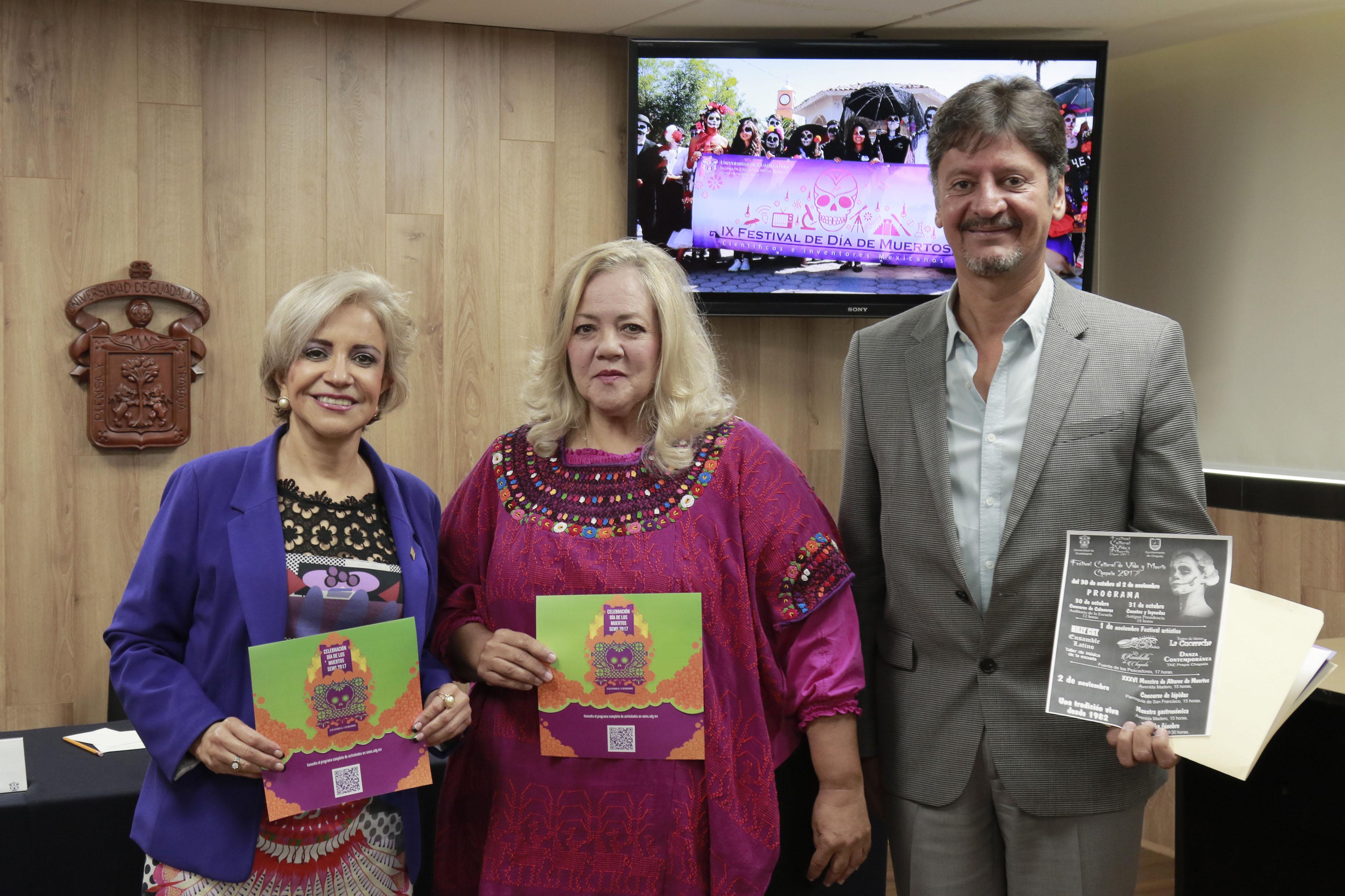 Participantes a la rueda de prensa mostrando el programa del XII Festival del Día de Muertos