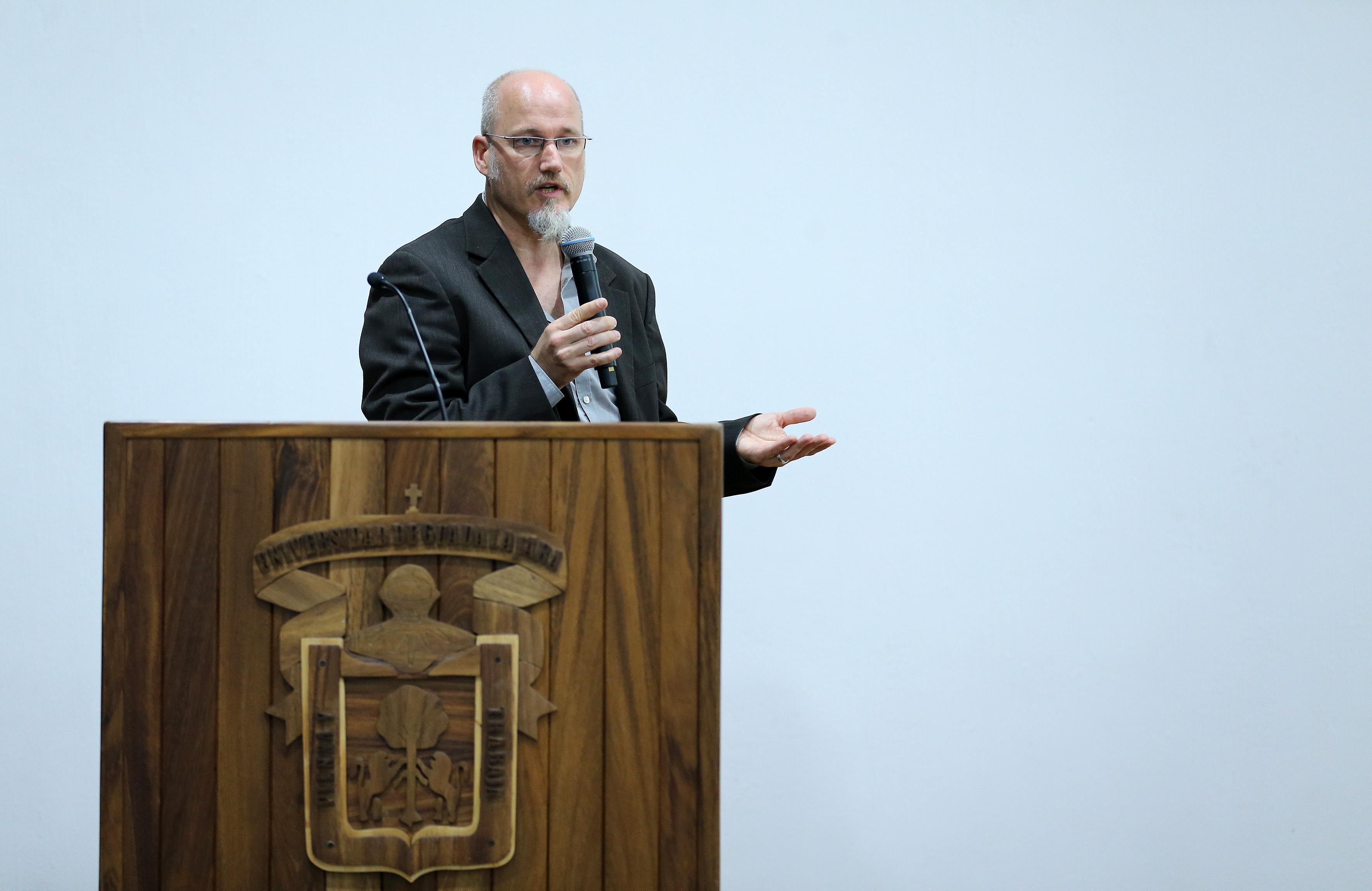 Doctor Olaf Kalmeier haciendo uso de la palabra.