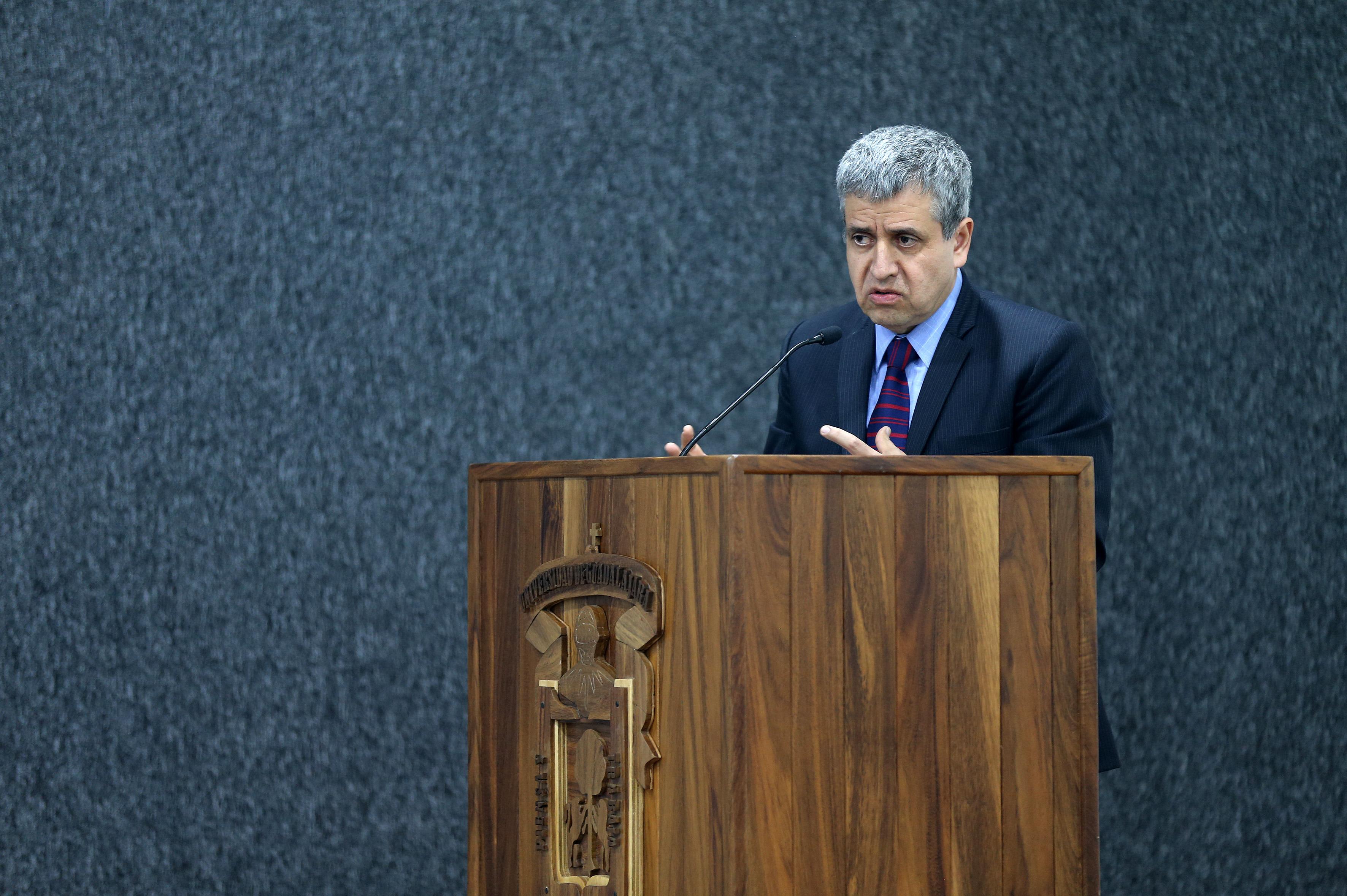Dr. Héctor Raíl Solís Gadea, rector del CUCSH, haciendo uso de la palabra.