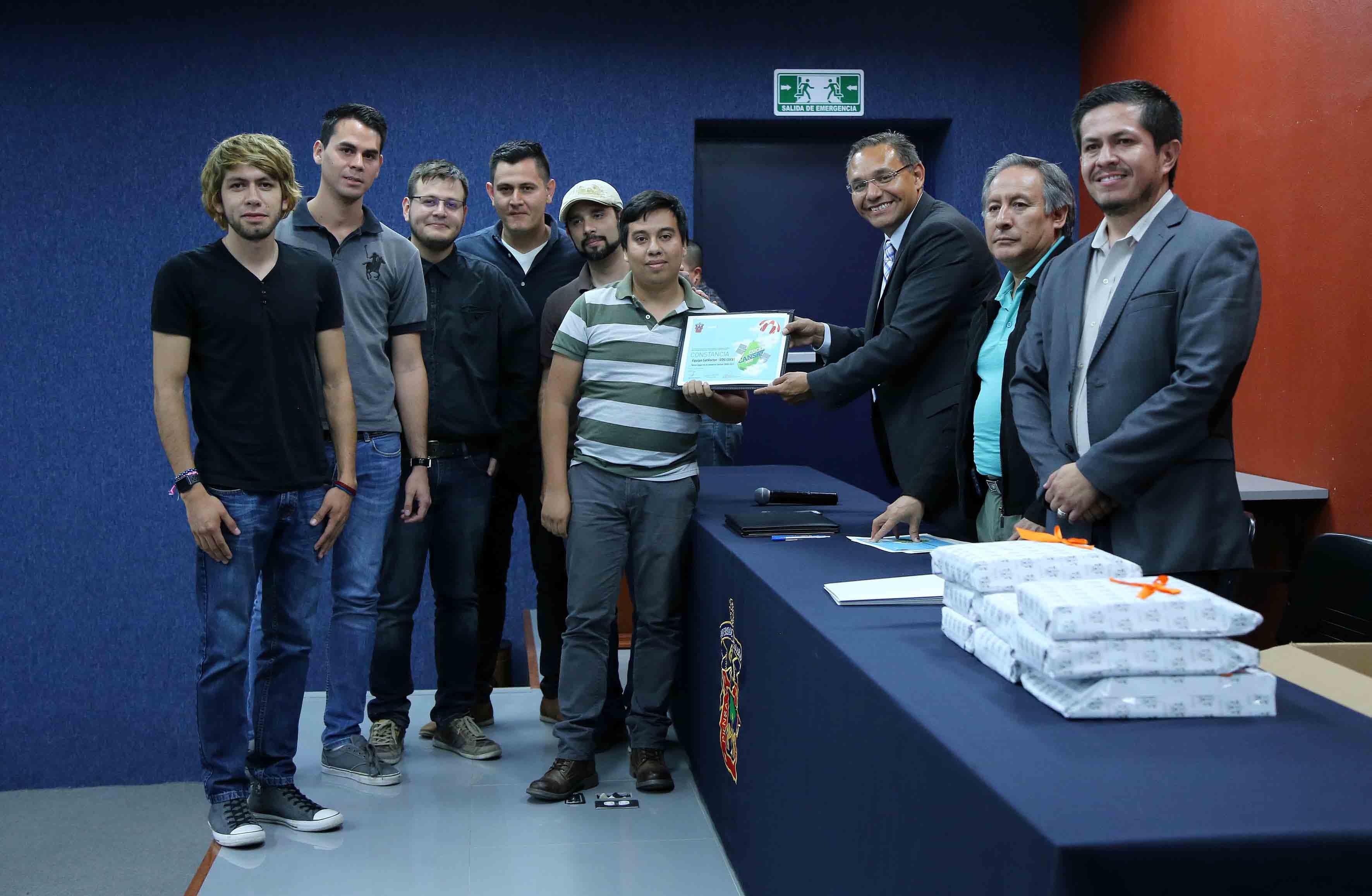 Entrega de constancia a estudiantes de la UdeG en el concurso CUCEI CanSat