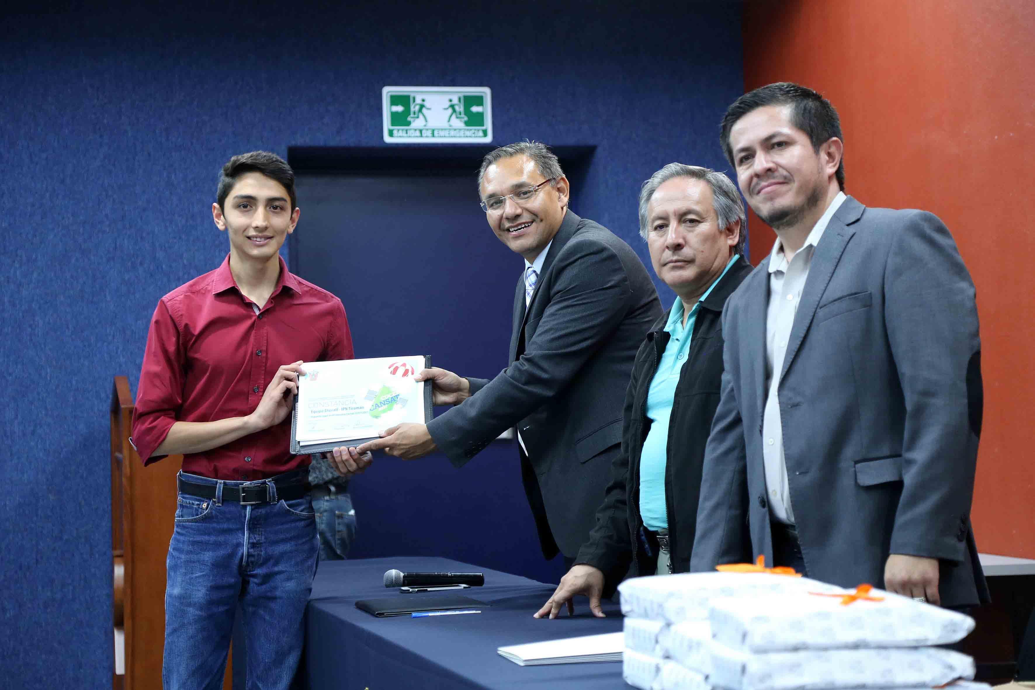 Estudiantes recibiendo constancia del concurso CUCEI CanSat