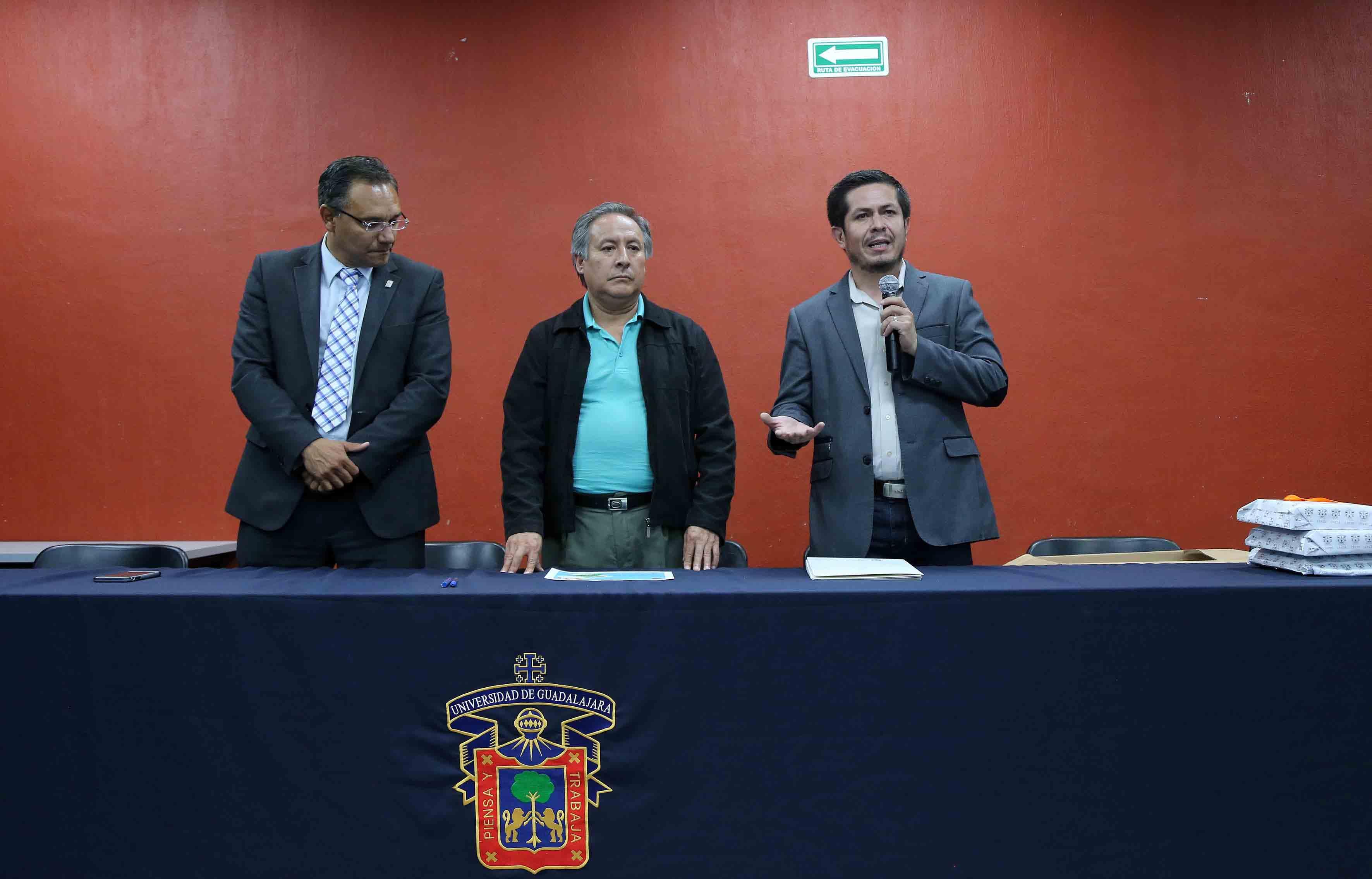Ponente haciendo uso de la palabra en la Ceremonia de premiación a los estudiantes de la UdeG en el concurso CUCEI CanSat