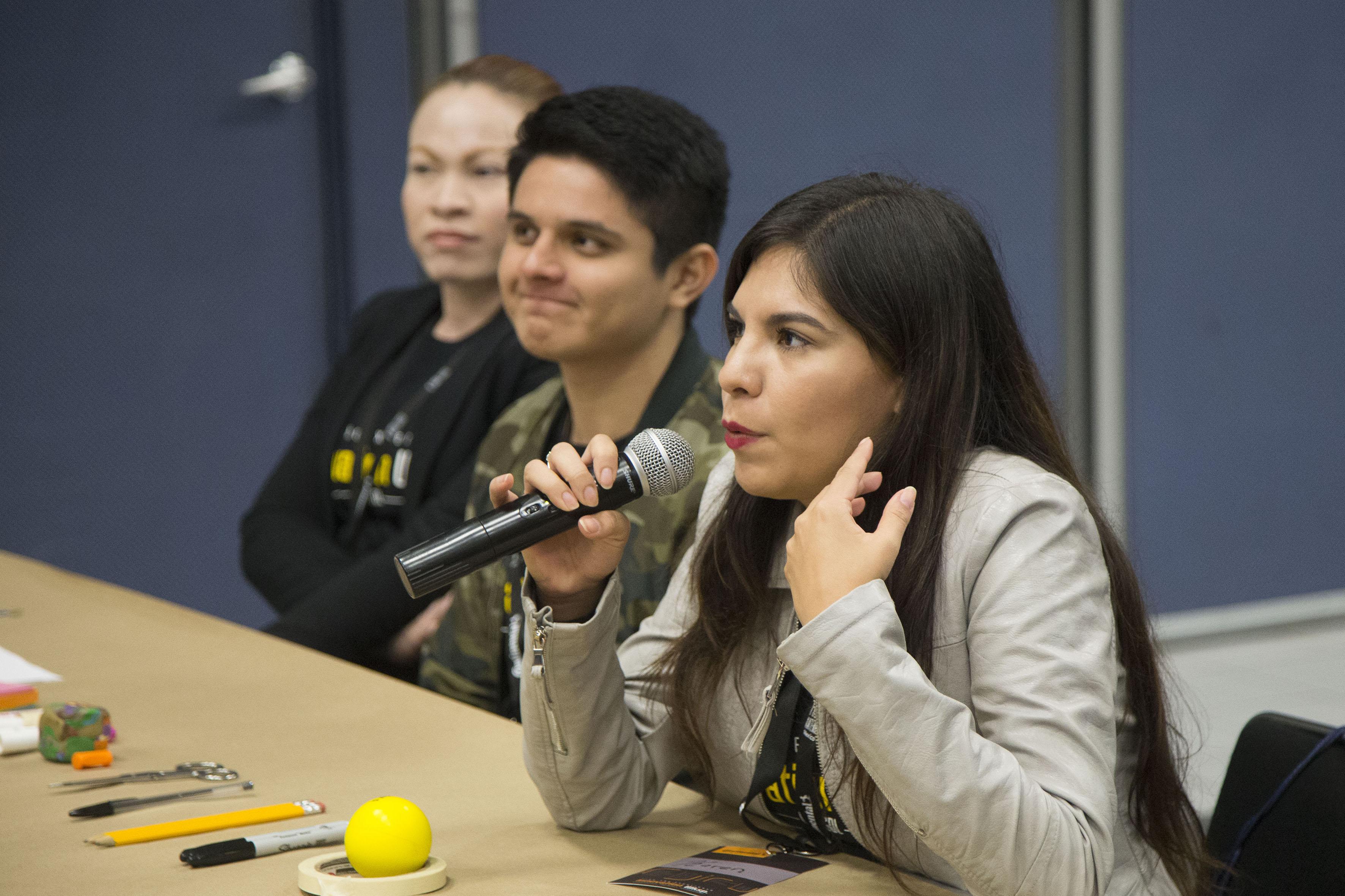 Asistente haciendo uso de la palabra en la inauguración del Innovation Workshop en el núcleo de auditorios del CUCEA