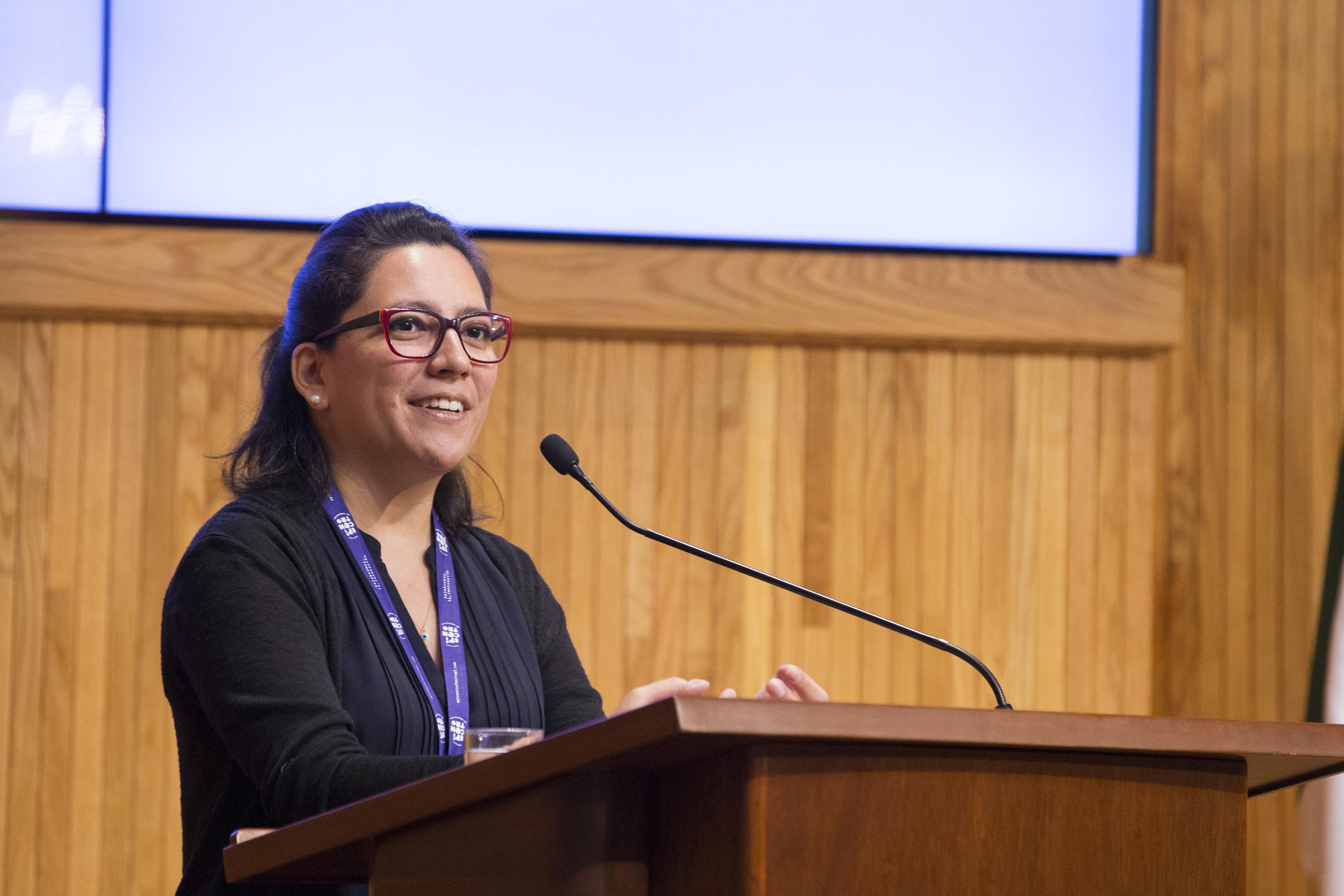 Panelista haciendo uso de la palabra en la inauguración del III Encuentro Latinoamericano de Innovación Social desde el Sector Público (ELIS) 2017, en el Paraninfo Enrique Díaz de León de la UdeG.