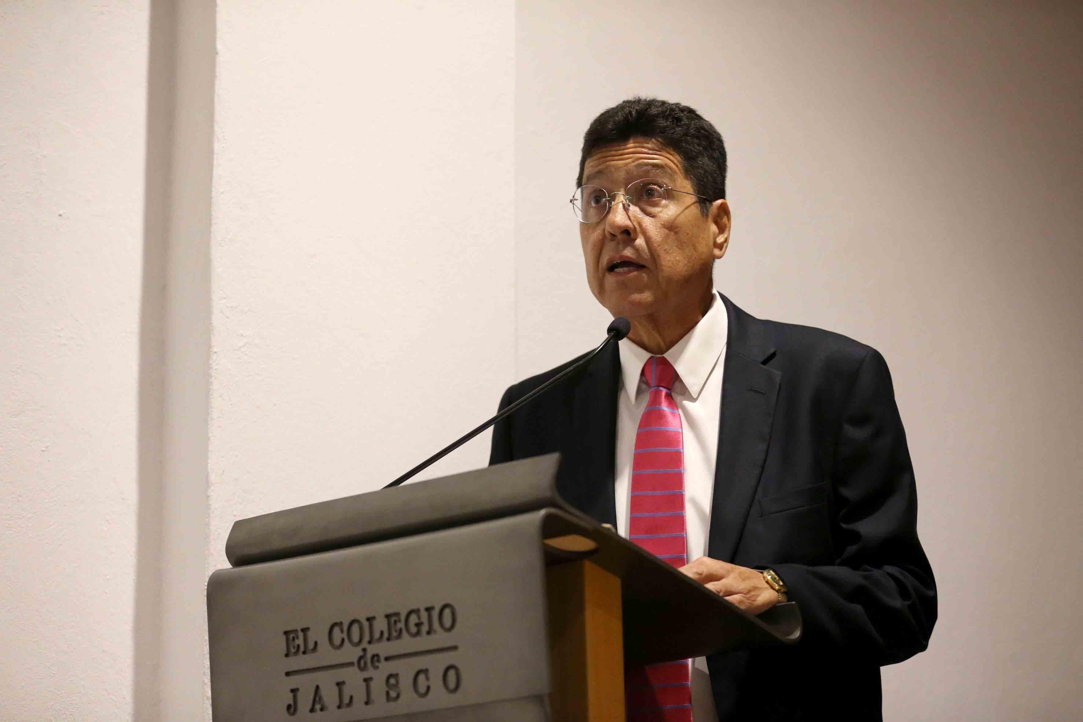 Maestro Javier Hurtado González, director de El Colegio de Jalisco, haciendo uso de la palabra, desde el pódium.