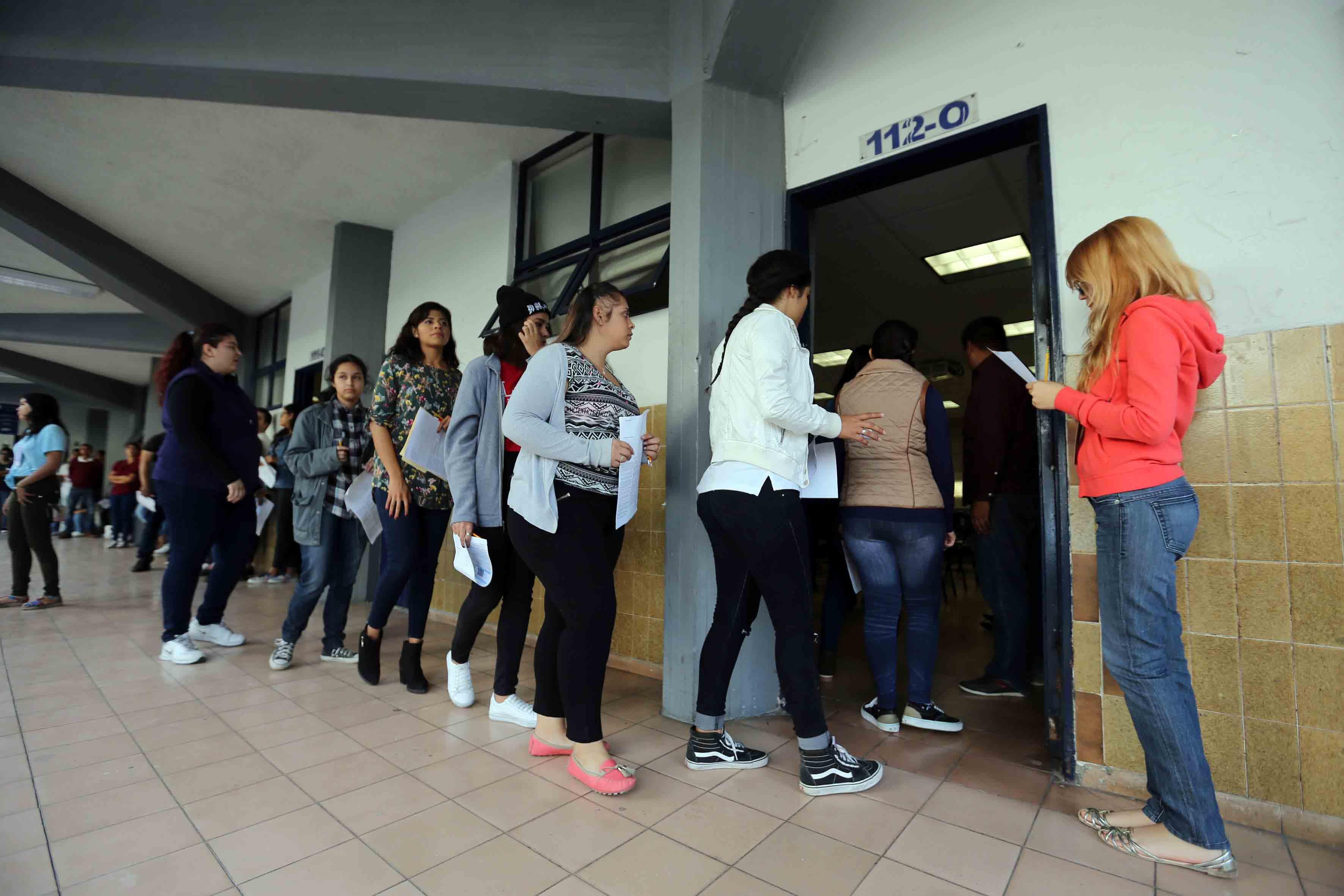 Personal de apoyo coordinando la aplicación del examen de admisión, para el calendario escolar 2018-A de la Universidad de Guadalajara.