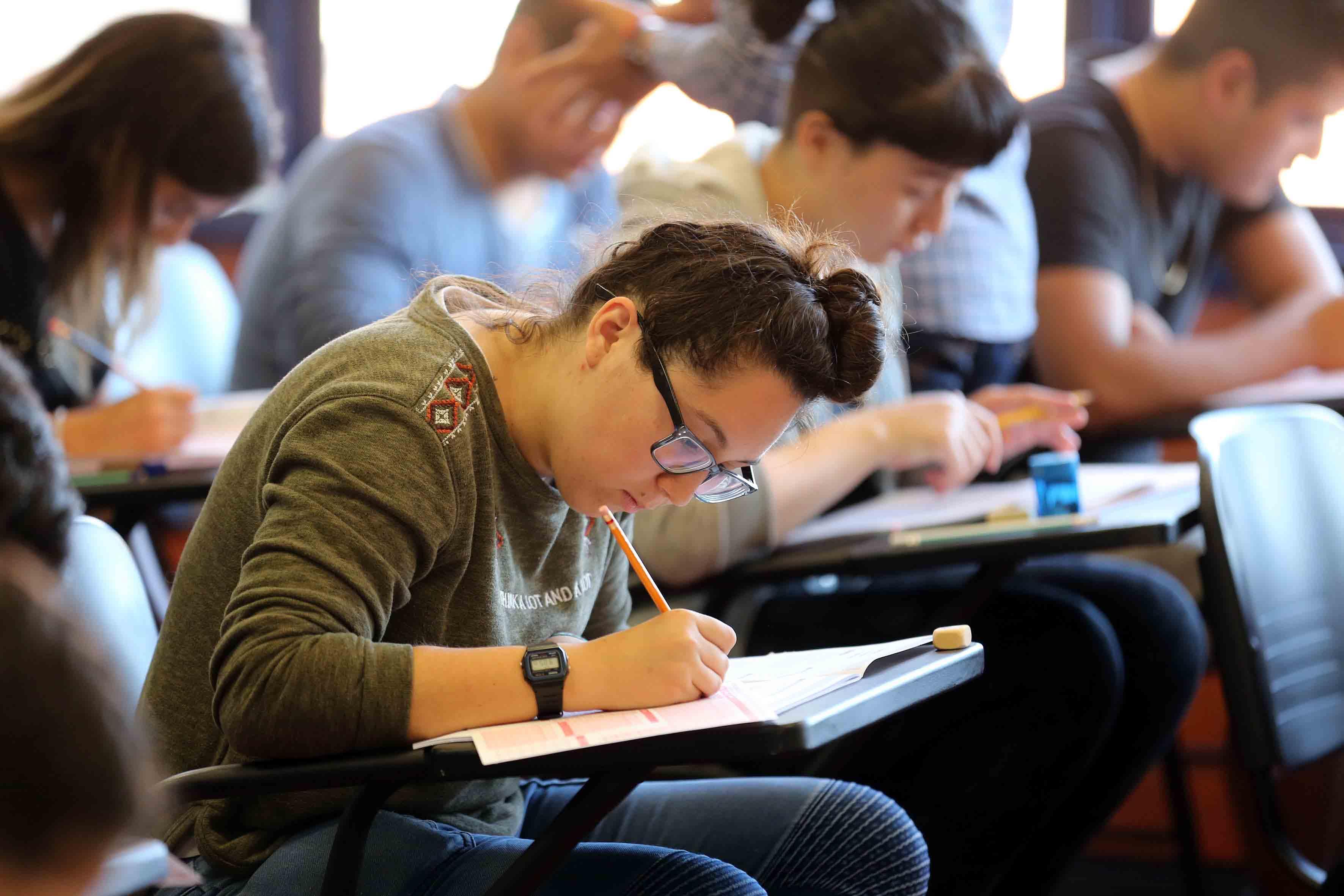 Joven aspirante a licenciatura de la Universidad de Guadalajara, aplicando examen de admisión.