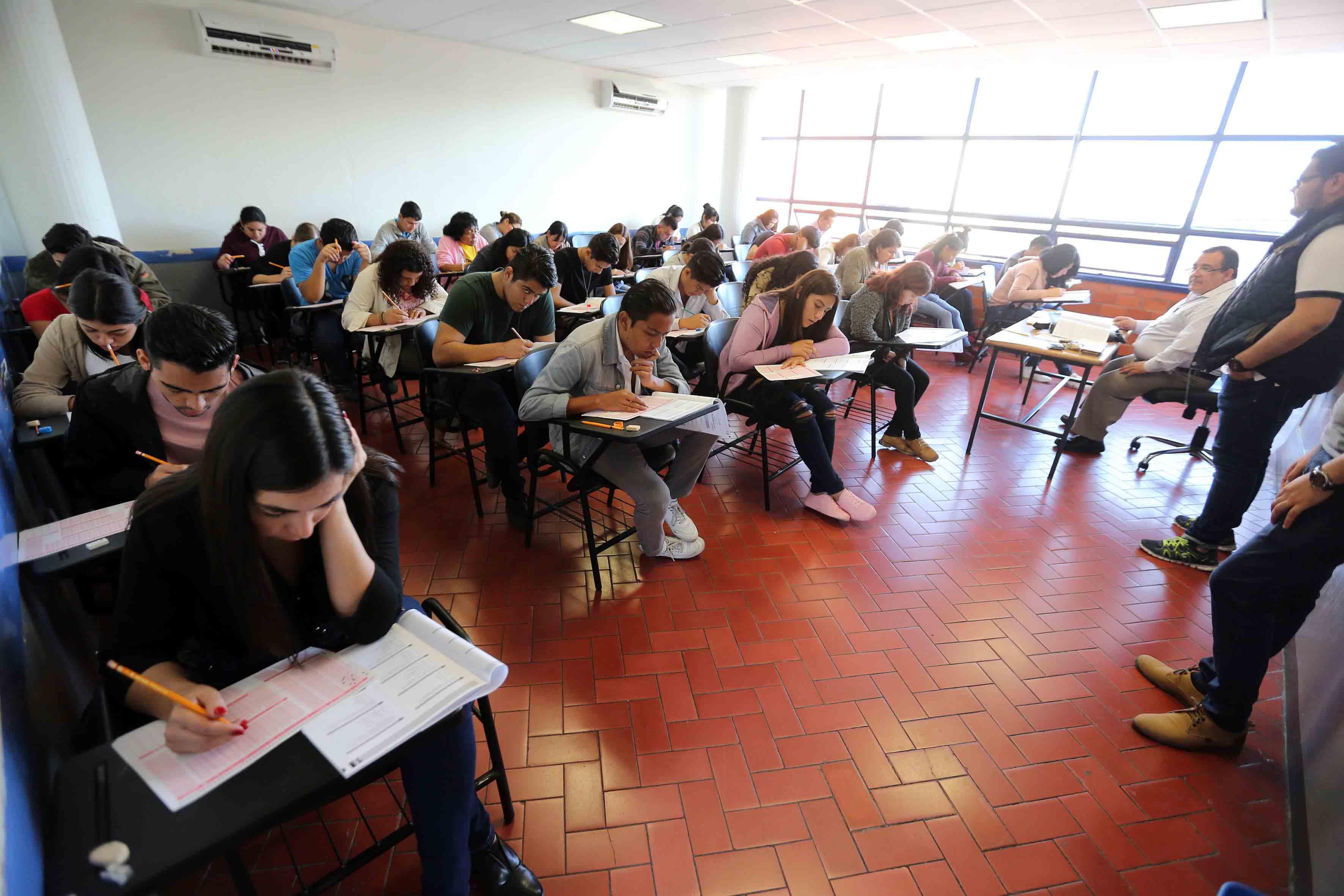 Jóvenes aspirantes realizando examen de admisión, para ingresar a la Universidad de Guadalajara, en calendario escolar 2018-A.
