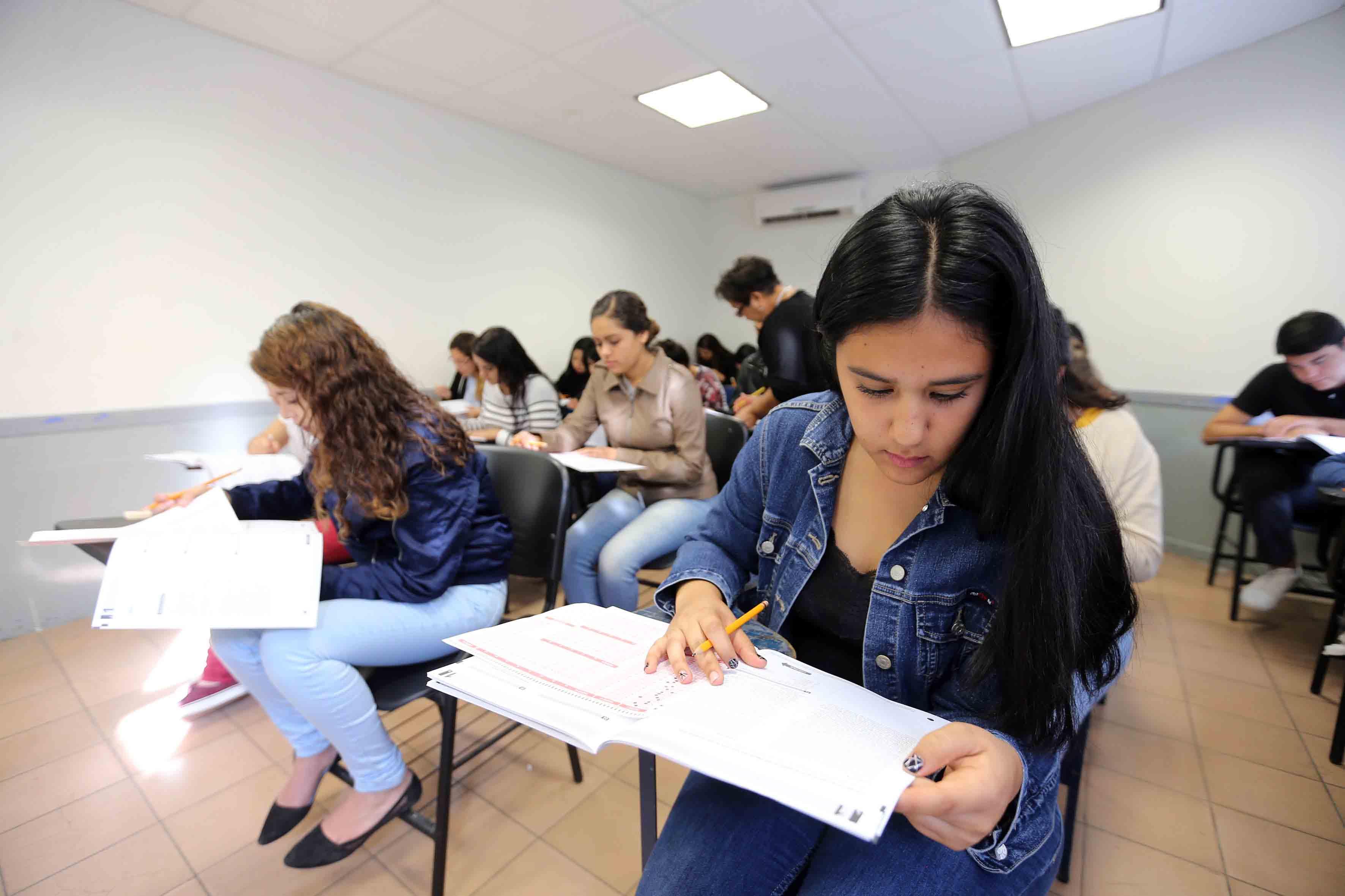 Joven aspirante aplicando examen de admisión, para el calendario escolar 2018-A de la Universidad de Guadalajara.