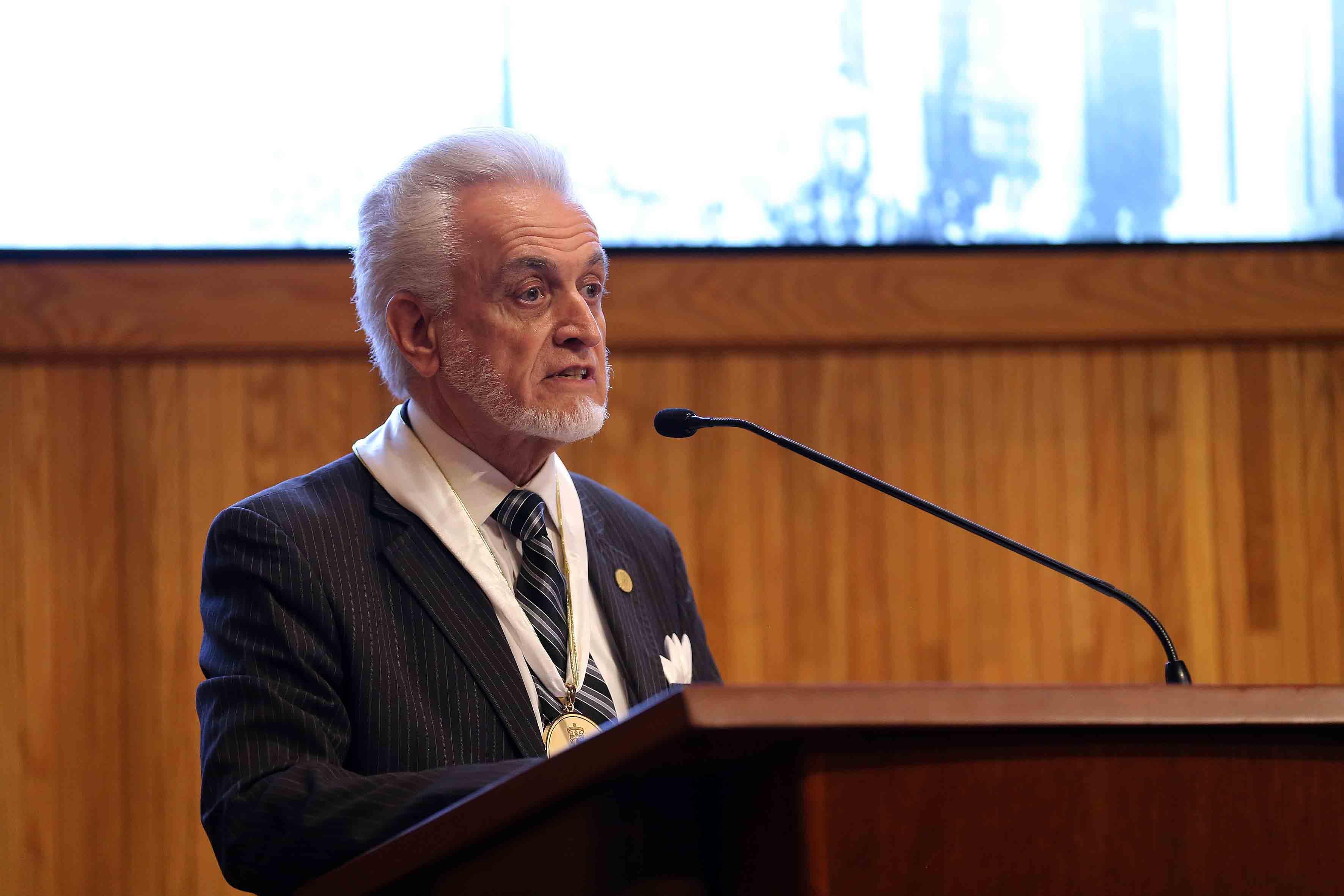 Académico del Centro Universitario de Ciencias de la Salud (CUCS); el maestro José Manuel Jurado Parres, director de la Preparatoria 5, haciendo uso de la palabra