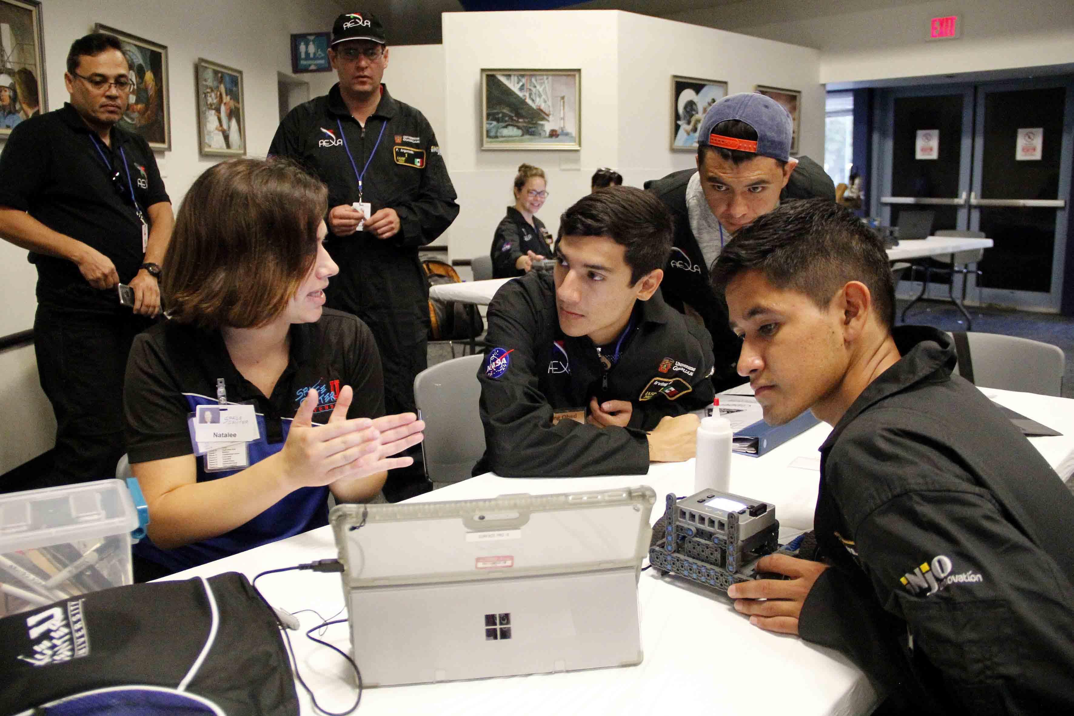 Personal del Centro Espacial, asesorando a unos de los equipos participantes en el International Air and Space Program 2017.