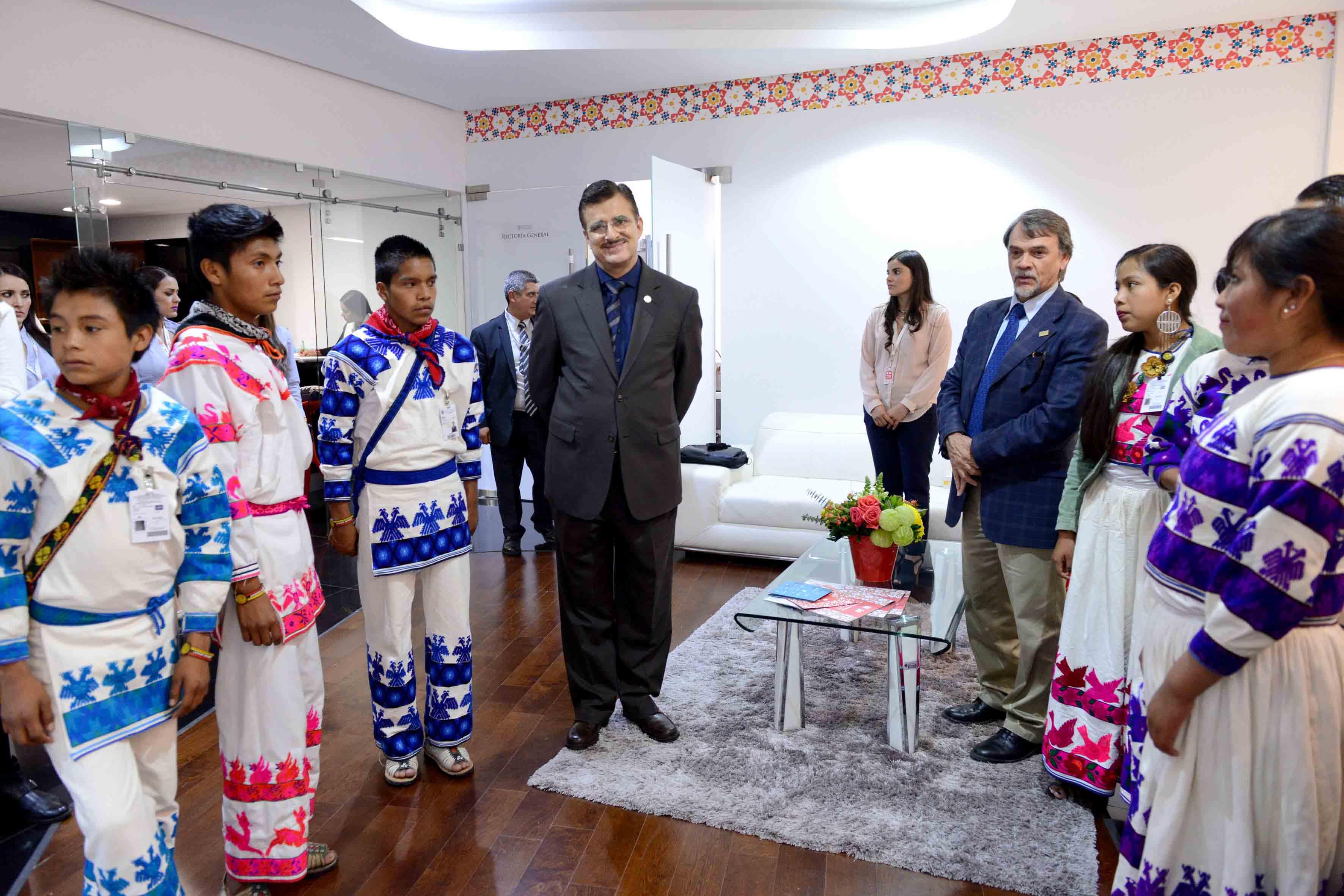 Rector General de la UdeG, maestro Itzcóatl Tonatiuh Bravo Padilla, recibiendo en el Lobby de Rectoría General a jóvenes de las comunidades Wixaritari