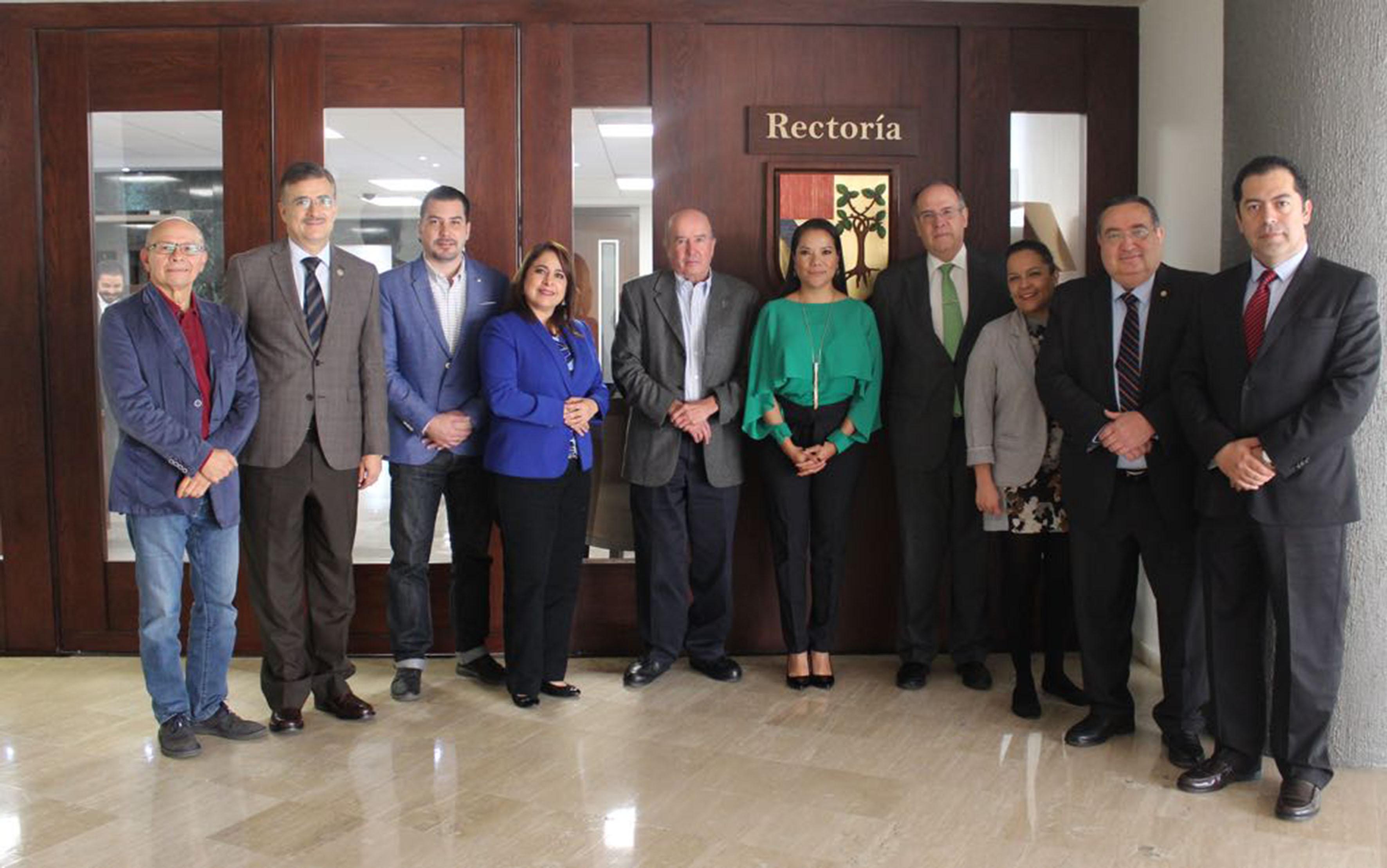Autoridades universitarias y miembros del Comité de Participación Social del Sistema Estatal Anticorrupción, posando para toma de fotografía.