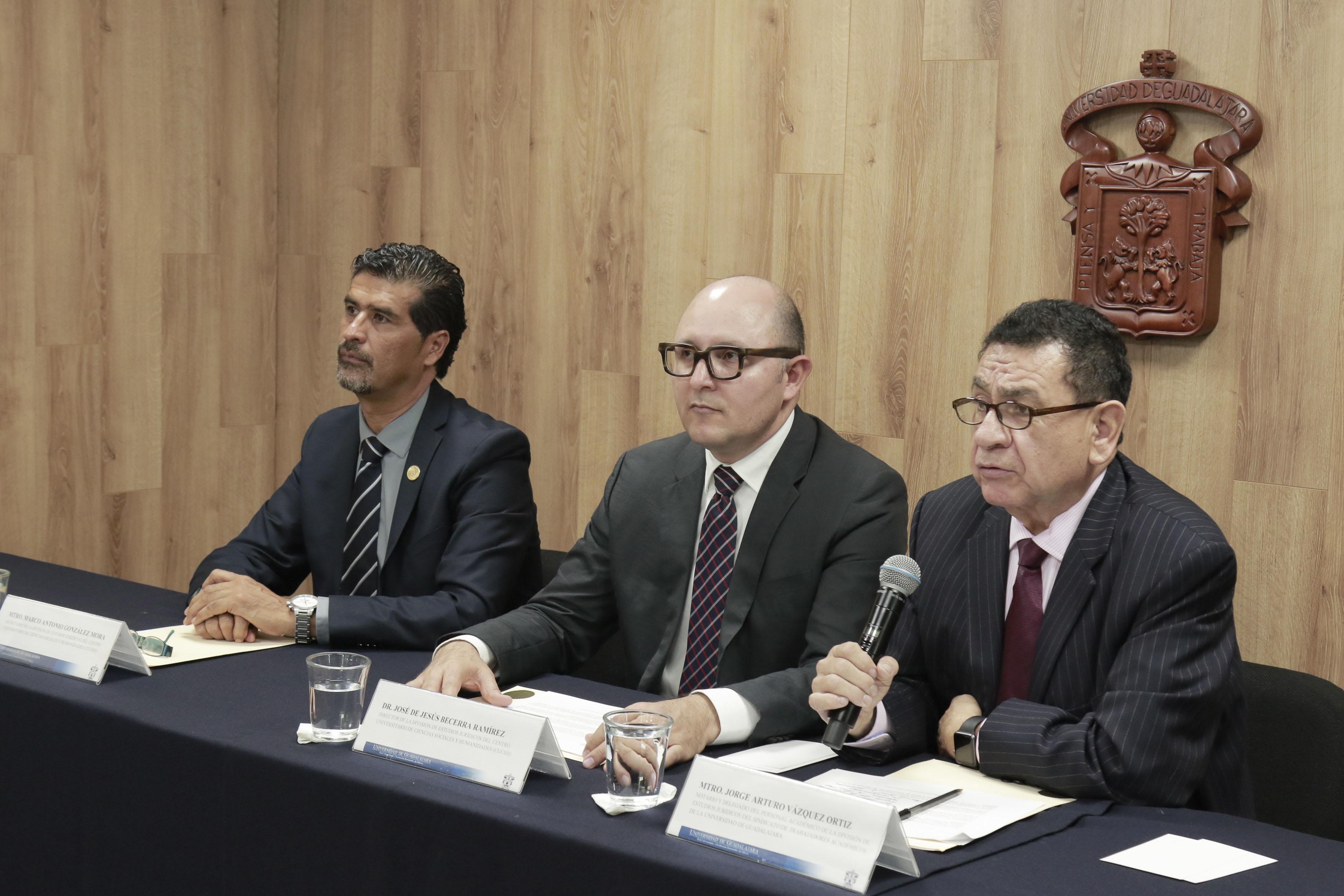 Mtro.Jorge Arturo Vázquez Ortiz, notario público y delegado del Personal Académico de la División de Estudios Jurídicos del Sindicato de Trabajadores Académicos de la Universidad de Guadalajara (STAUdeG) haciendo uso de la palabra