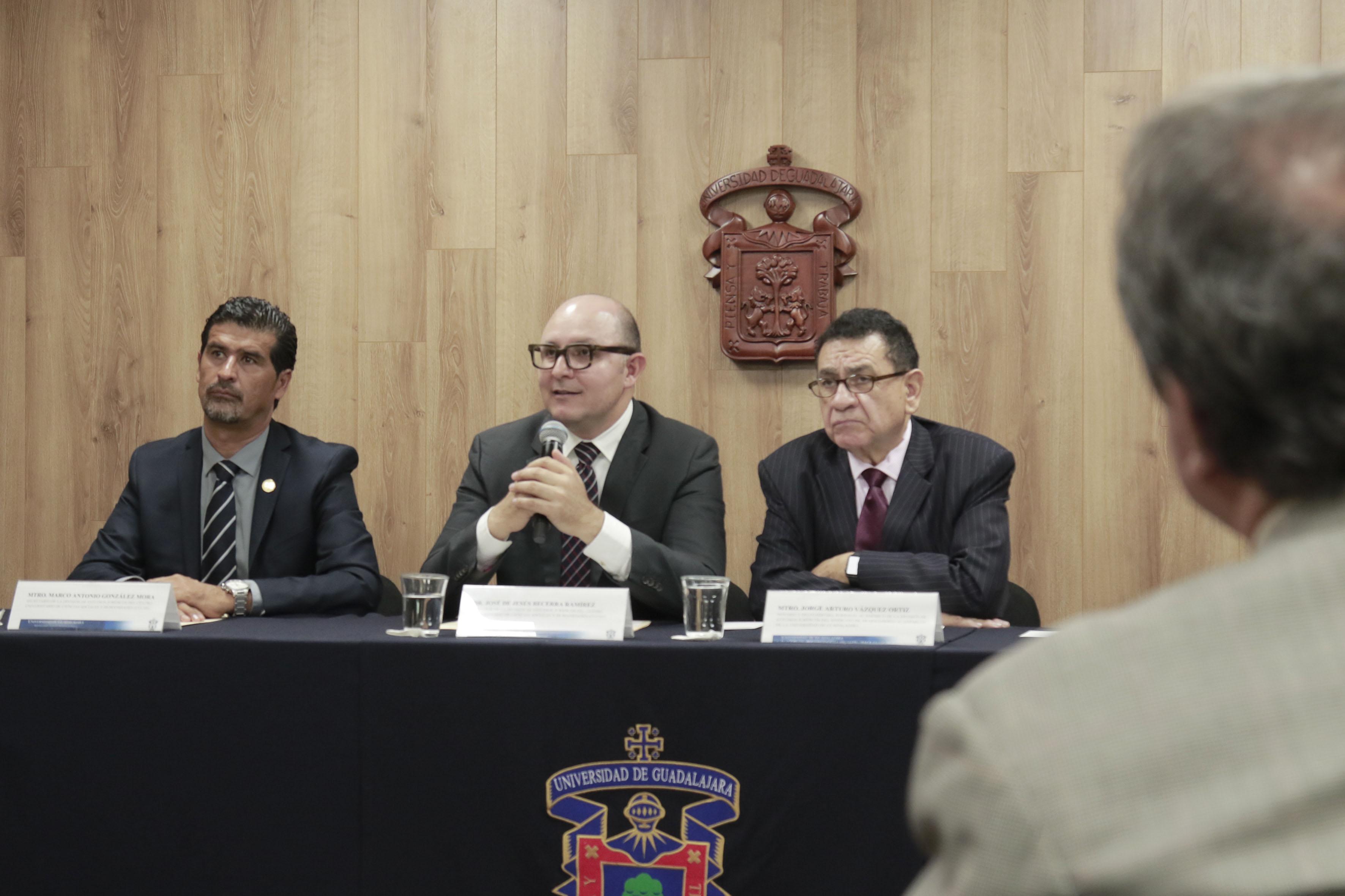 doctor José de Jesús Becerra Ramírez, director de la División de Estudios Jurídicos del CUCSH, haciendo uso de la palabra en rueda de prensa