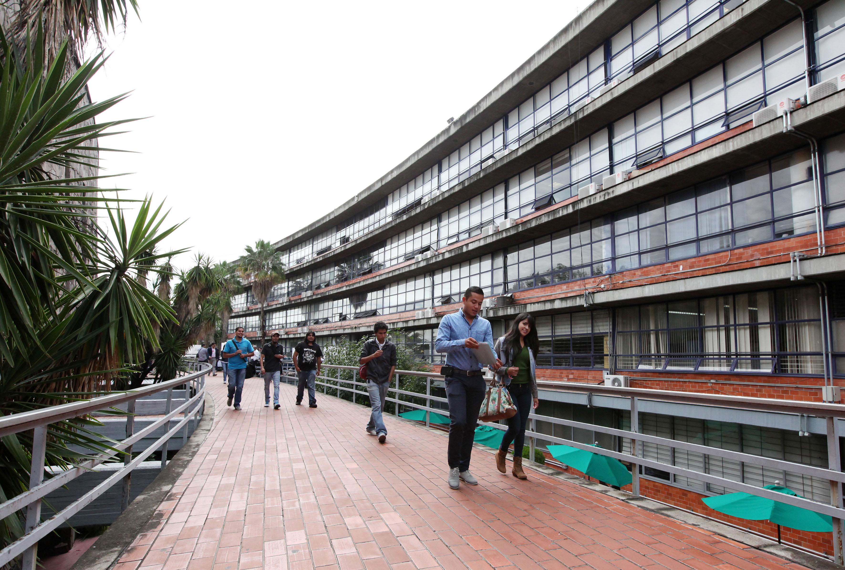 Alumnos del Centro Universitario de Ciencias Sociales y Humanidades (CUCSH) caminando por los pasillos