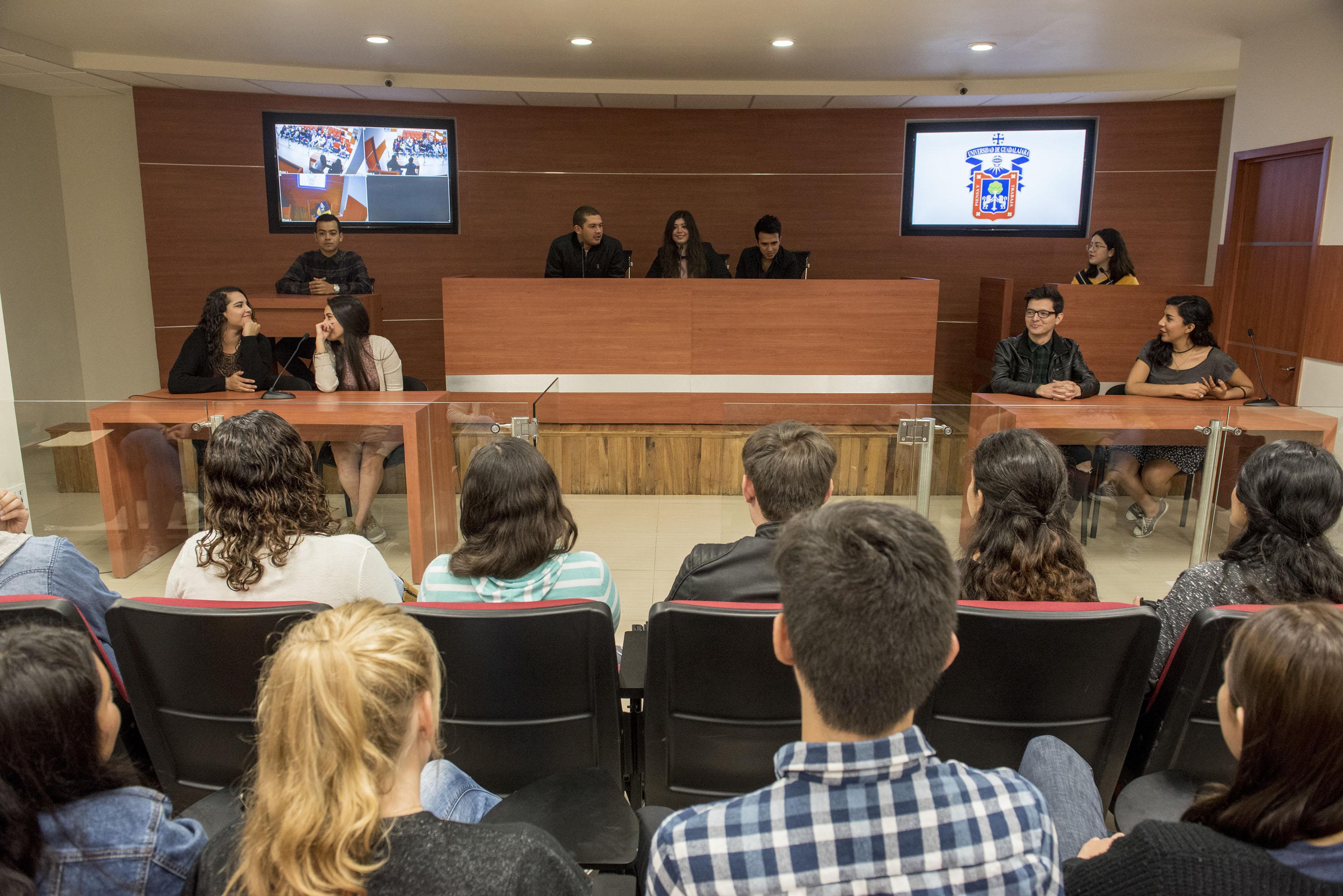 Estudiantes en la sala de juicios orales