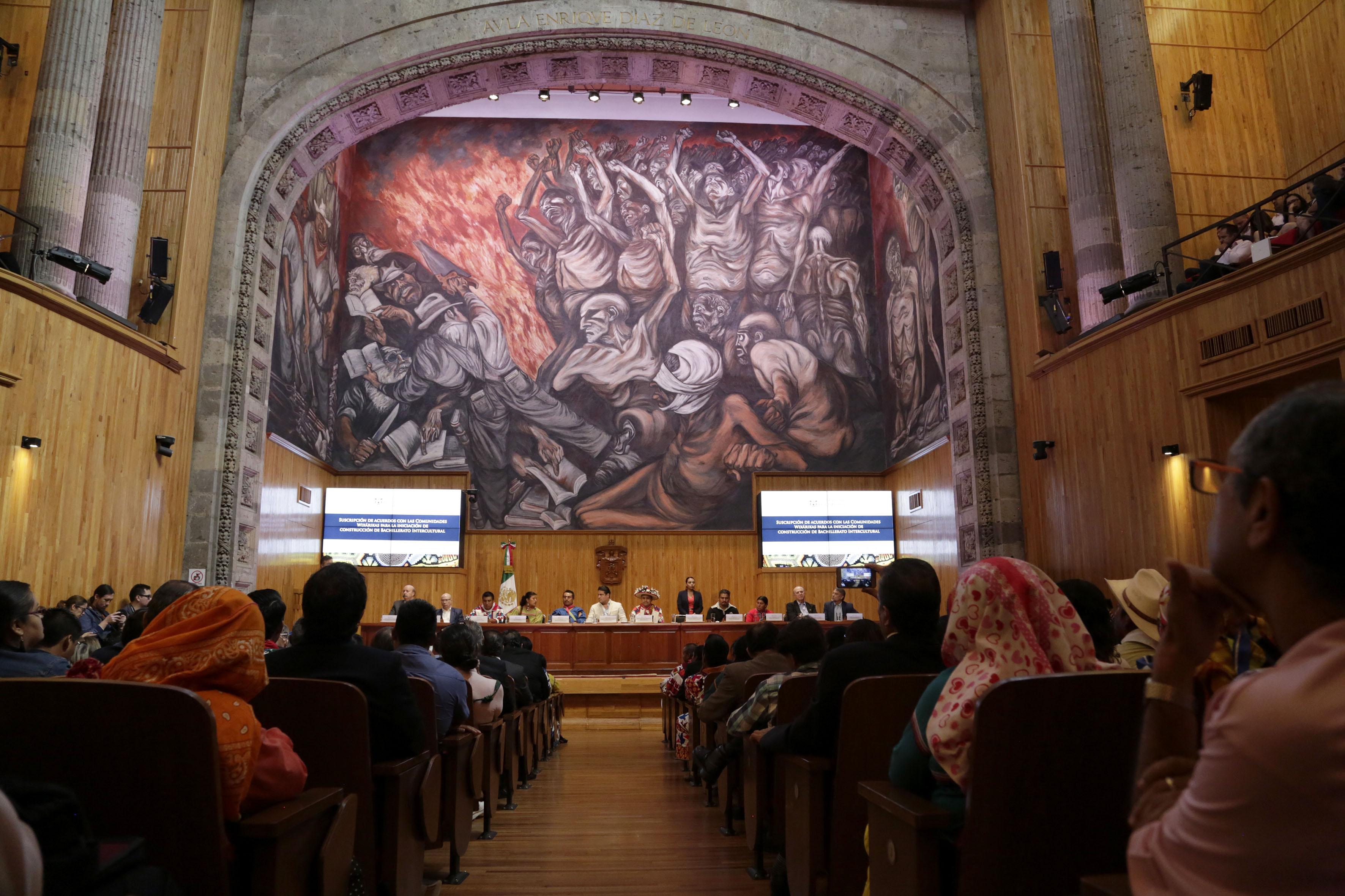 Publico asistente a la firma de acuerdo entre Universidad de Guadalajara (UdeG) y comunidades wixaritari en el Paraninfo Enrique Díaz de León