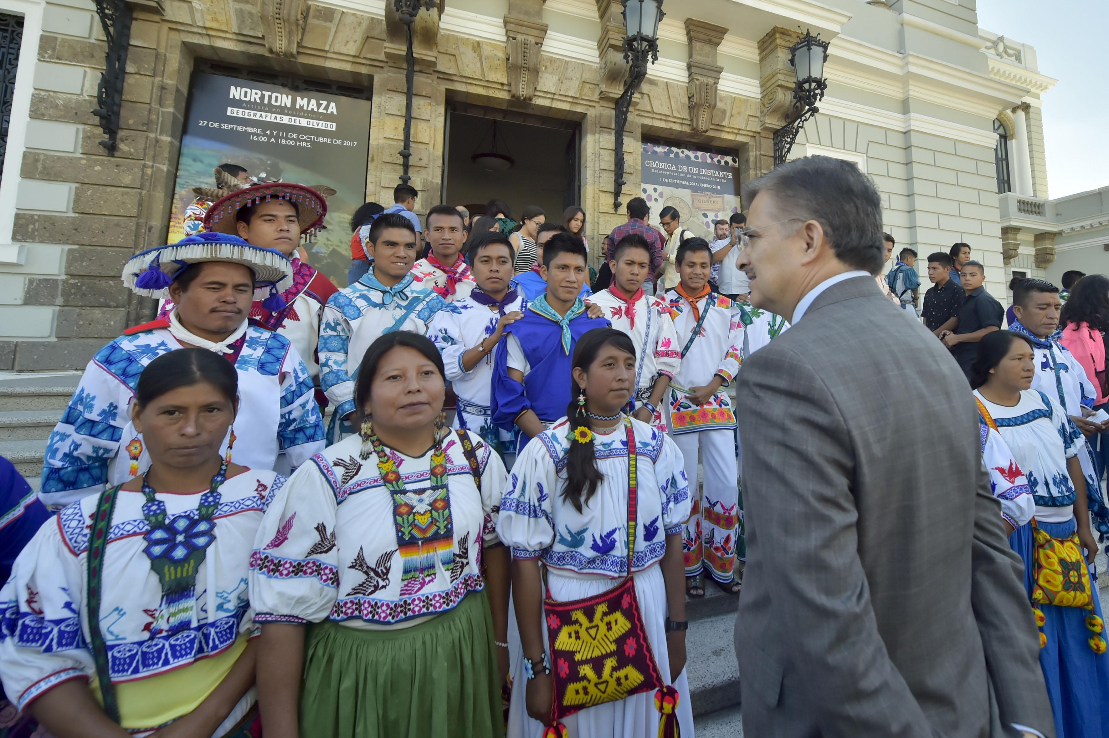Rector General de la UdeG, maestro Itzcóatl Tonatiuh Bravo Padilla con representantes de comunidades Wixaritari