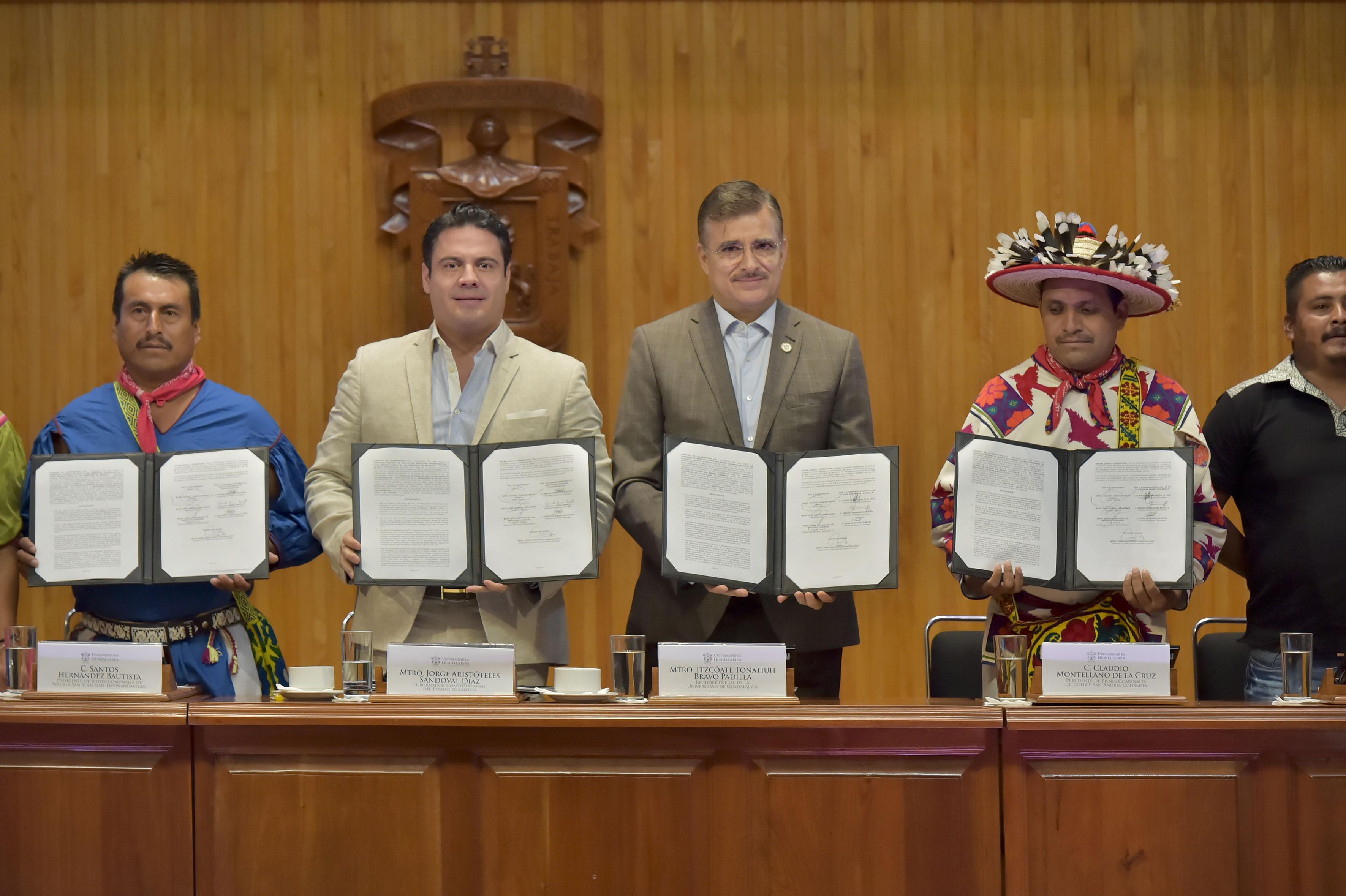 Rector General de la UdeG, maestro Itzcóatl Tonatiuh Bravo Padilla y Gobernador de Jalisco, maestro Jorge Aristóteles Sandoval Díaz con representantes de comunidades Wixaritari