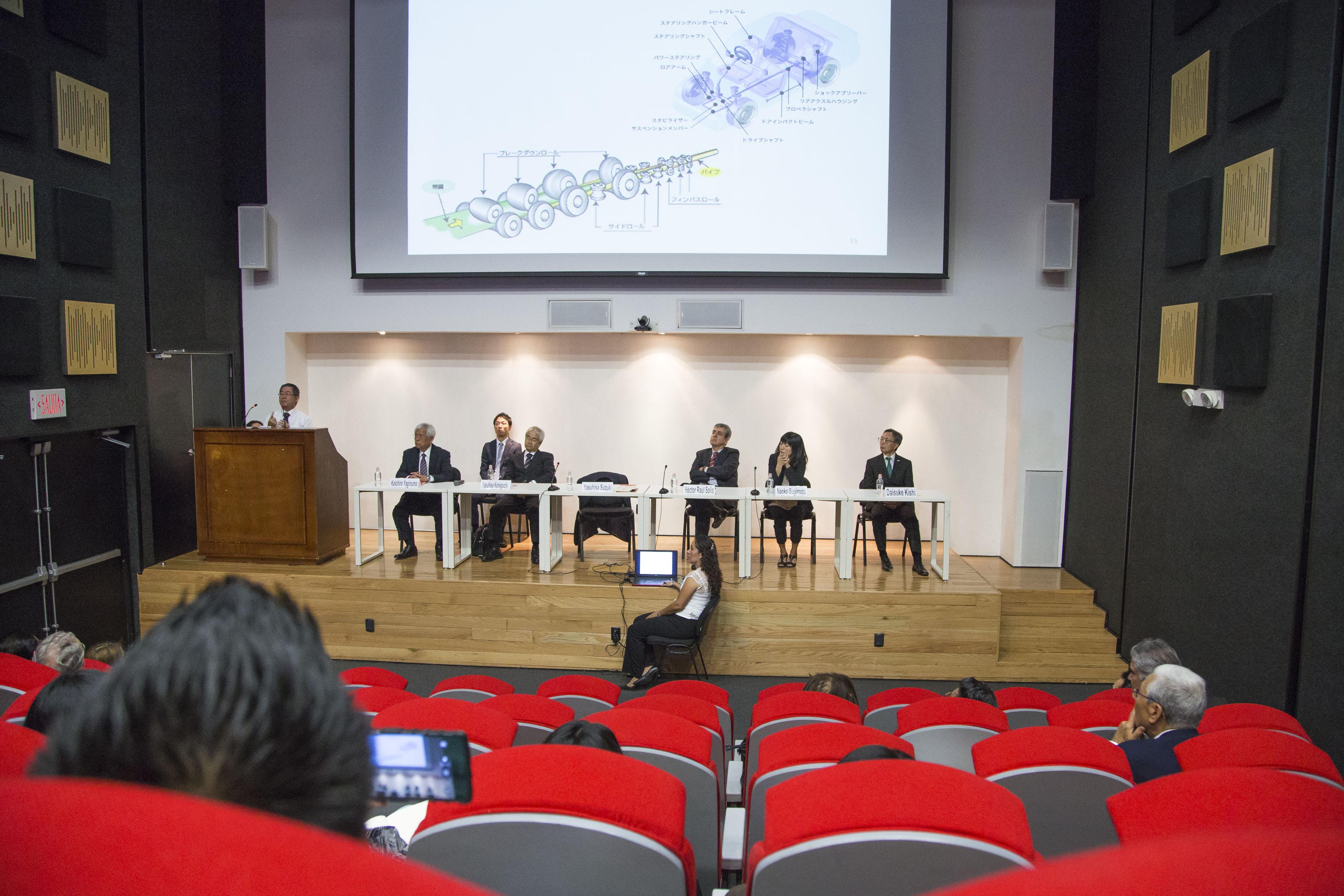 Cónsul General del Japón en León, Yasuhisa Suzuki, en pódium del evento haciendo uso de la palabra, durante inauguración del 1er Seminario Internacional de Estudios sobre Japón.