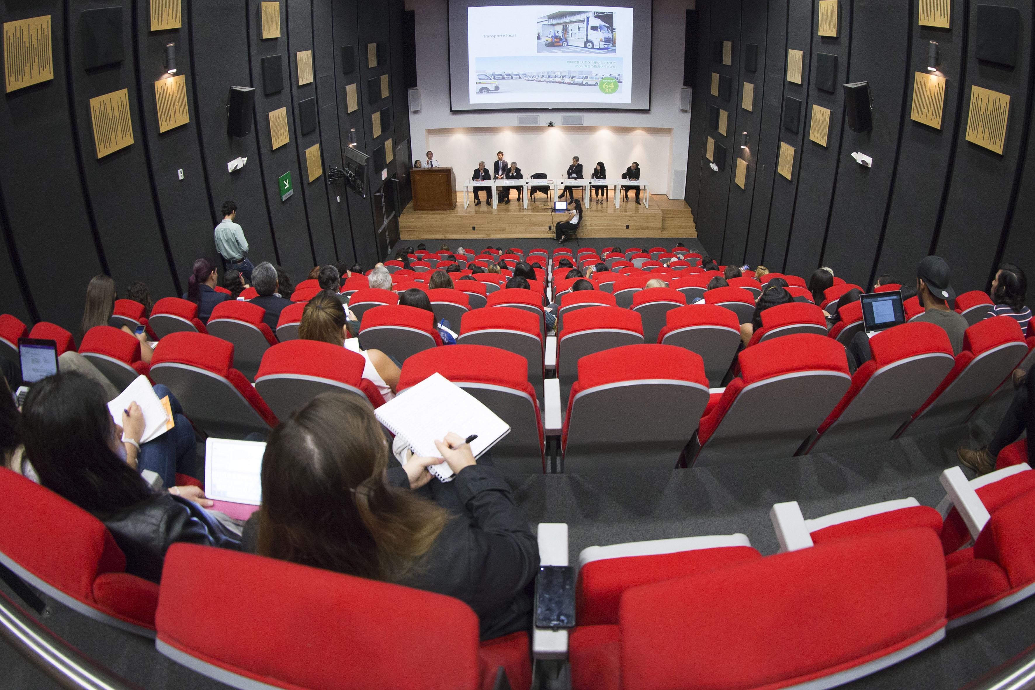 Vista panorámica de los asistentes y participantes en el 1er Seminario Internacional de Estudios sobre Japón.