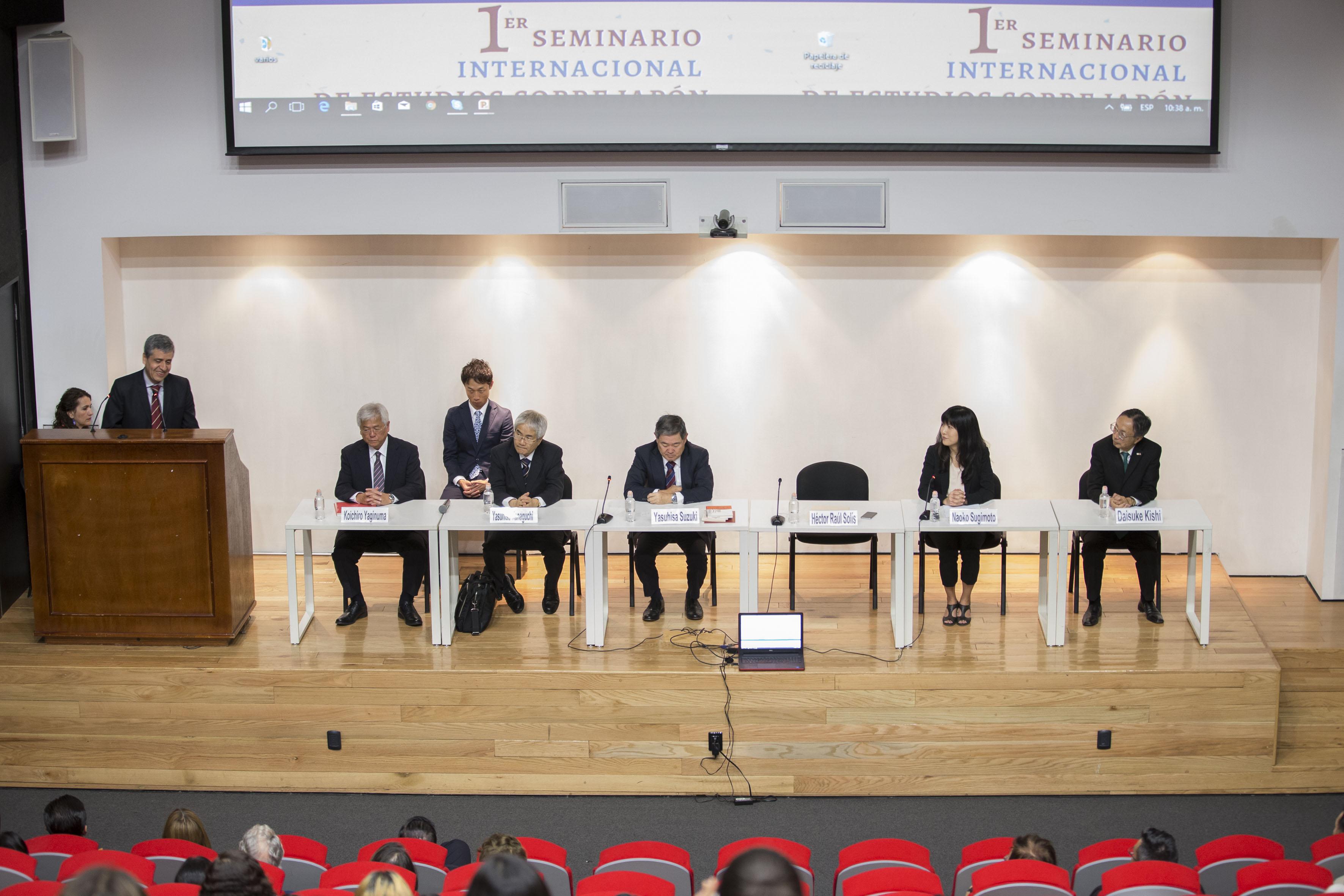 Doctor Héctor Raúl Solís Gadea, Rector del CUCSH y representantes de la Universidad de Estudios Internacionales de Kanda,Japón, participado en el seminario.