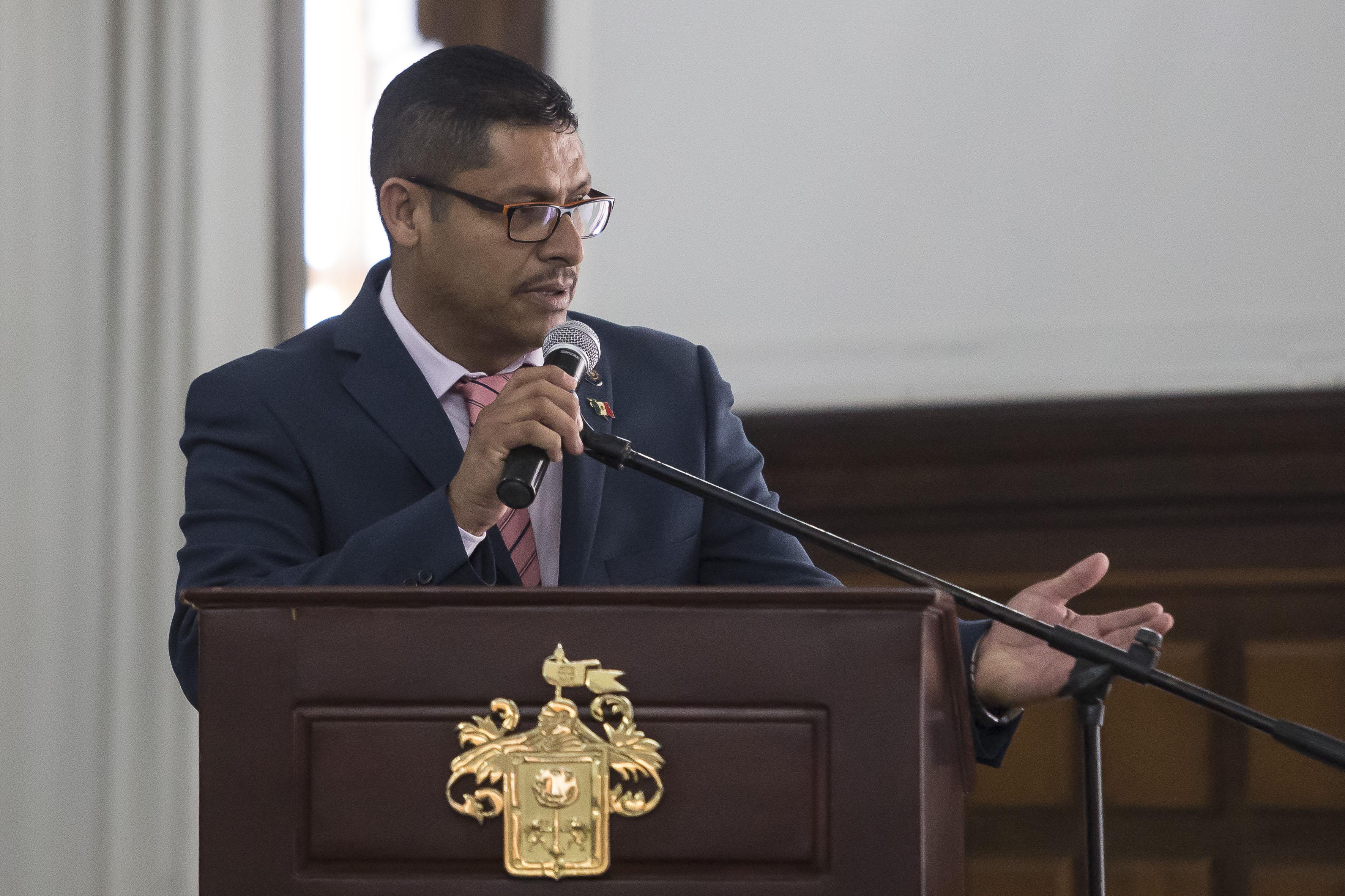 comandante José de Jesús de Anda Zambrano, haciendo uso de la palabra en podium del salón de Cabildo de Palacio Municipal.