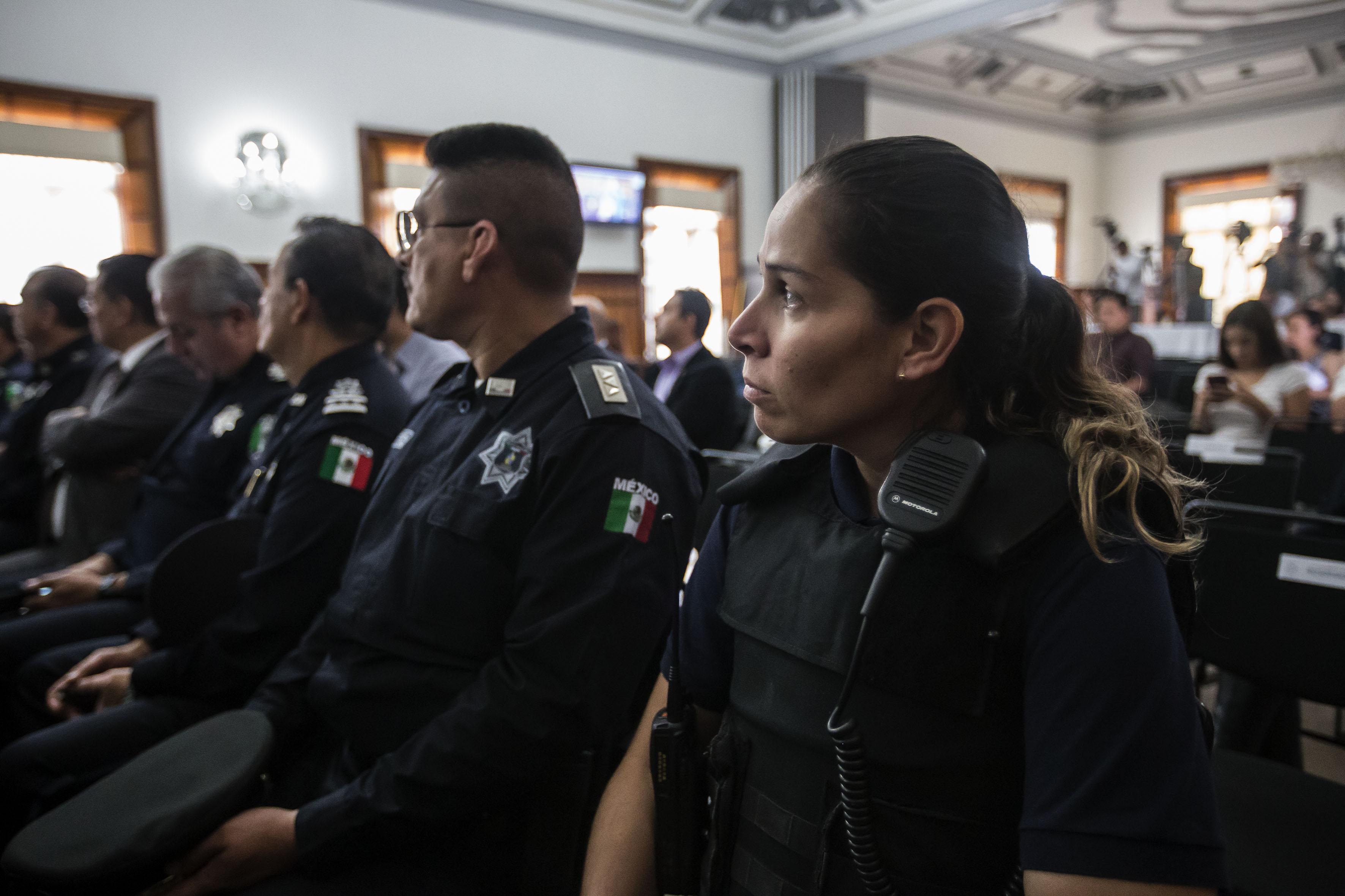 Vista panorámica de los policias de Guadalajara y público asistente a ceremonia, en instalaciones del Salón de Cabildo de Palacio Municipal.