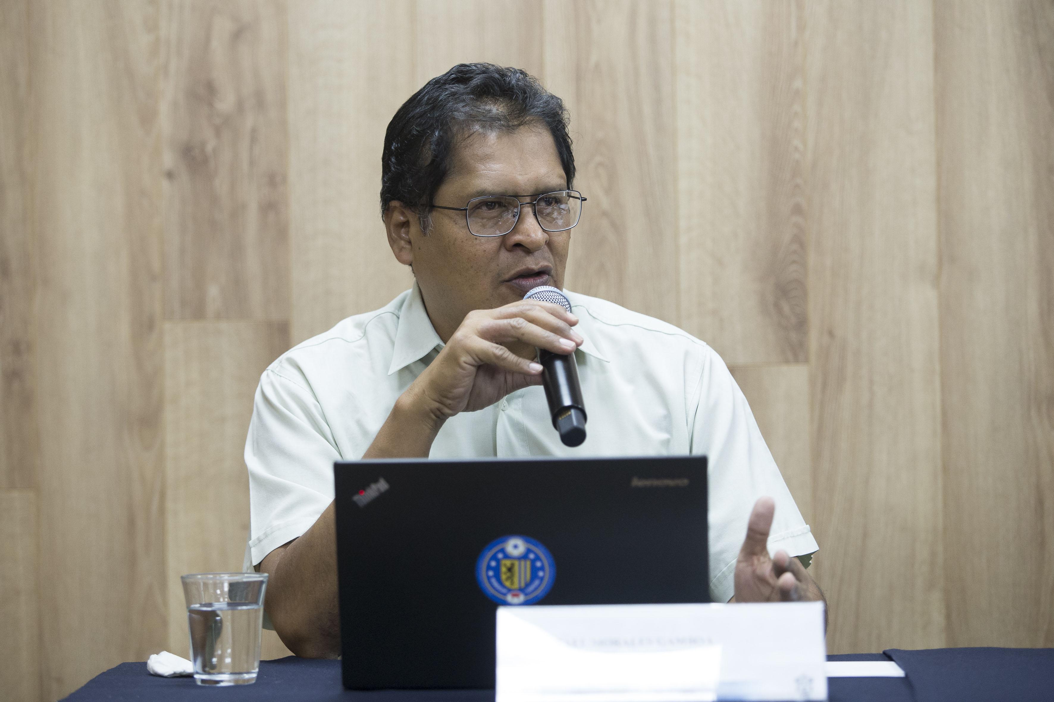 Doctor Rafael Morales Gamboa, especialista de UDGVirtual,con micrófono en mano, haciendo uso de la voz.
