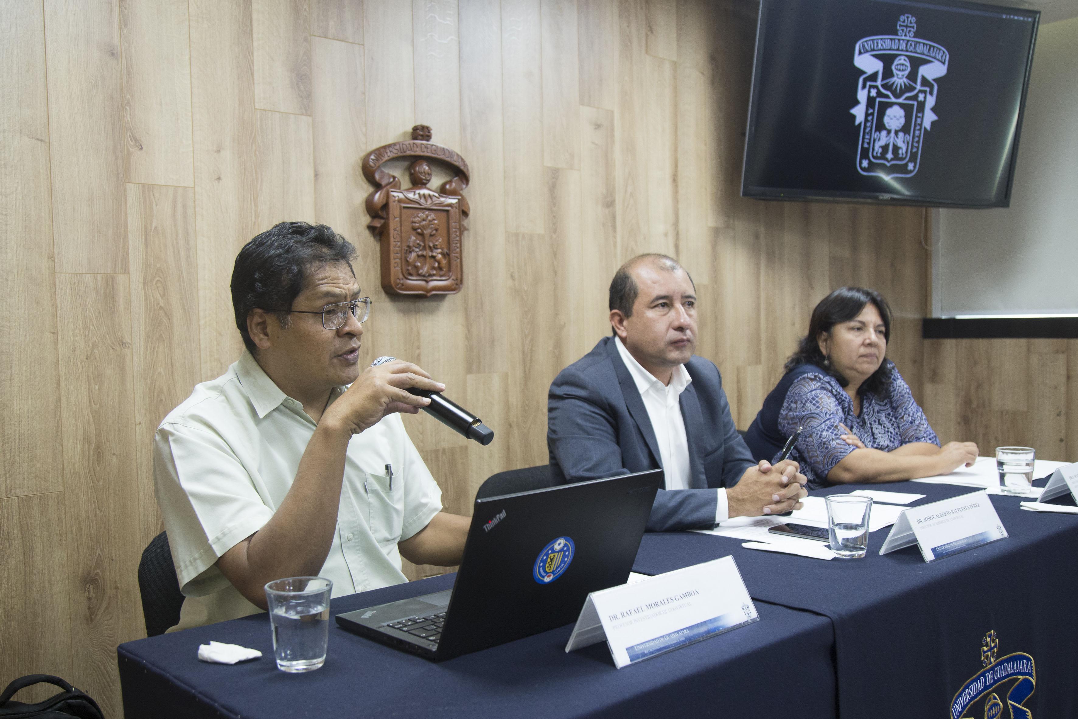 Investigadores de UDGVirtual y miembros del presídium, participando en conferencia de prensa.