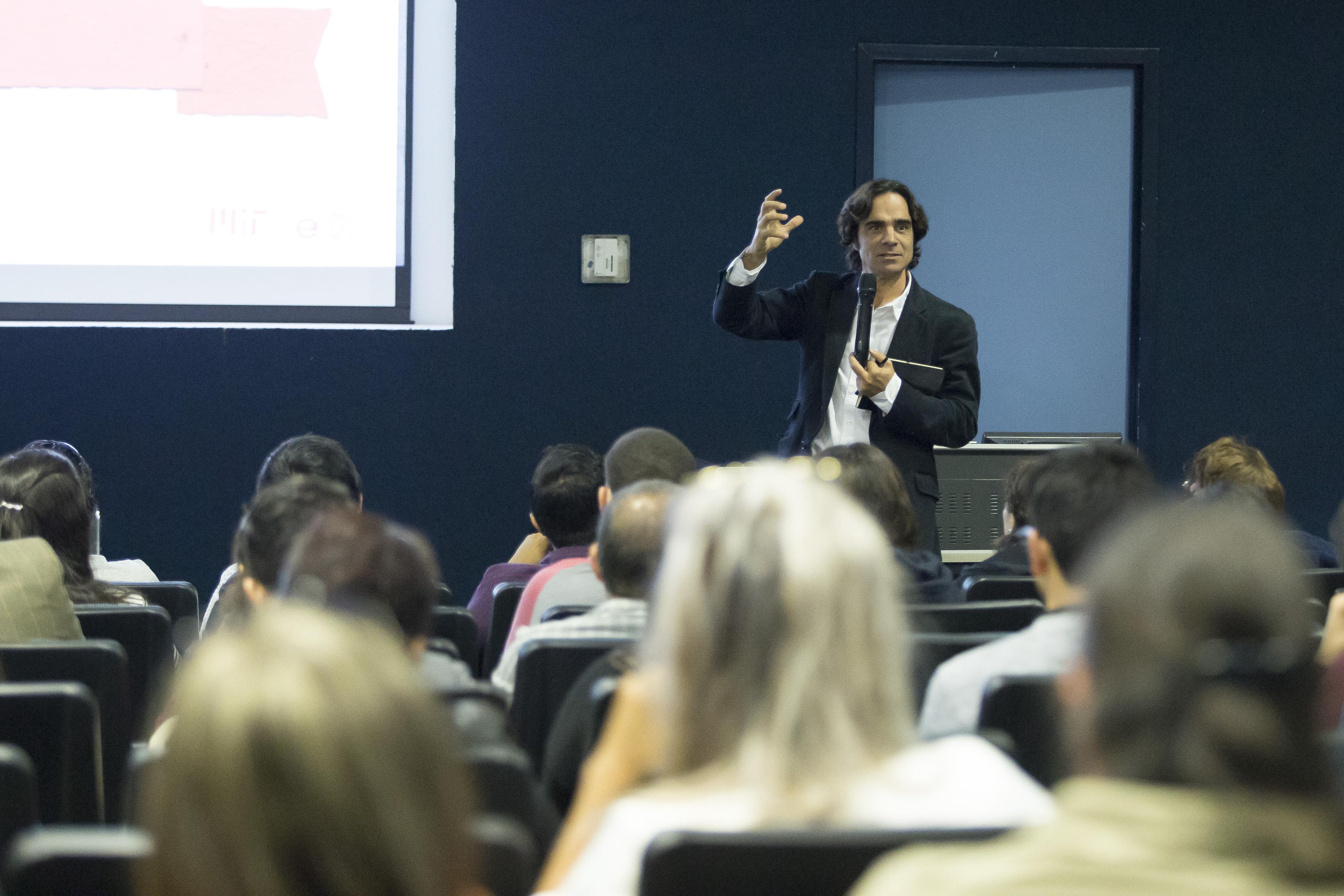 Dr. Brian Subirana, profesor del MIT, participando como ponente en conferencia.
