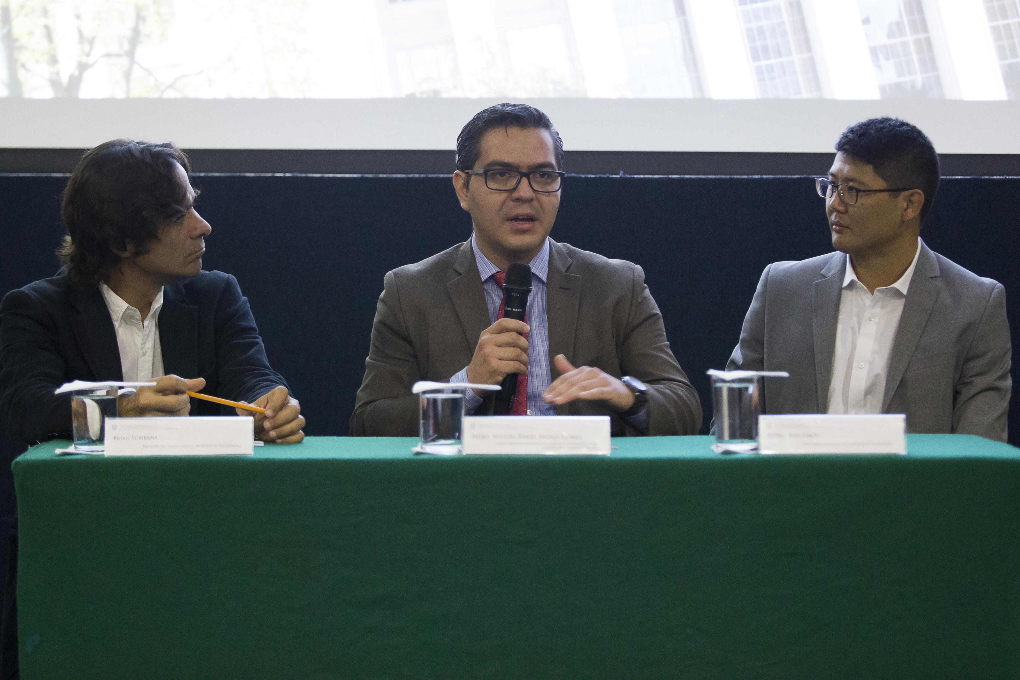 Mtro. Miguel Angel Sigala Gómez, Coordinador de Programas Internacionales de la Coordinación General de Cooperación e Internacionalización, haciendo uso la palabra como presentador del evento.