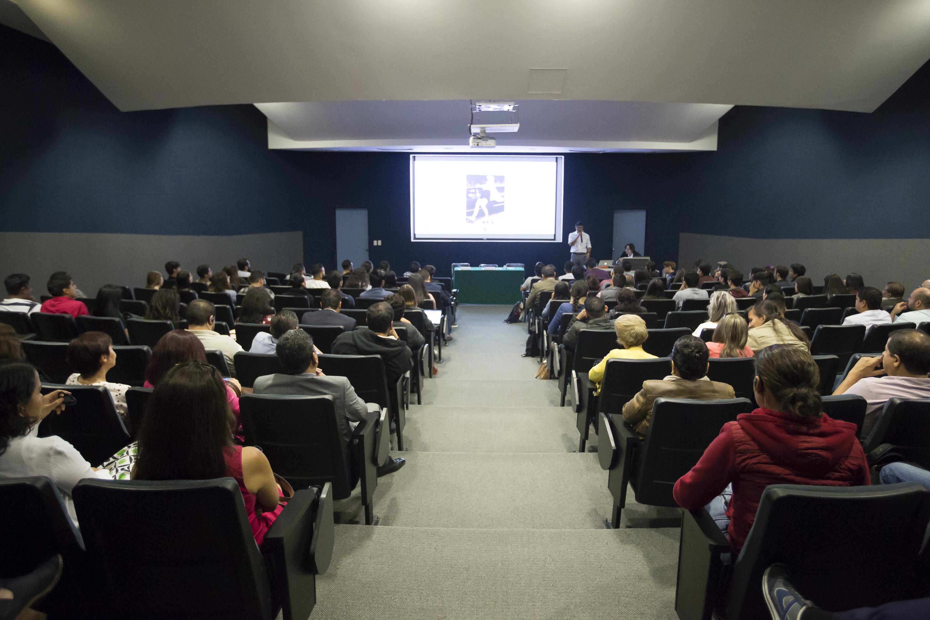 Vista panorámica del aula ampliada del CUCEA, durante conferencia impartida por ponentes del MIT.