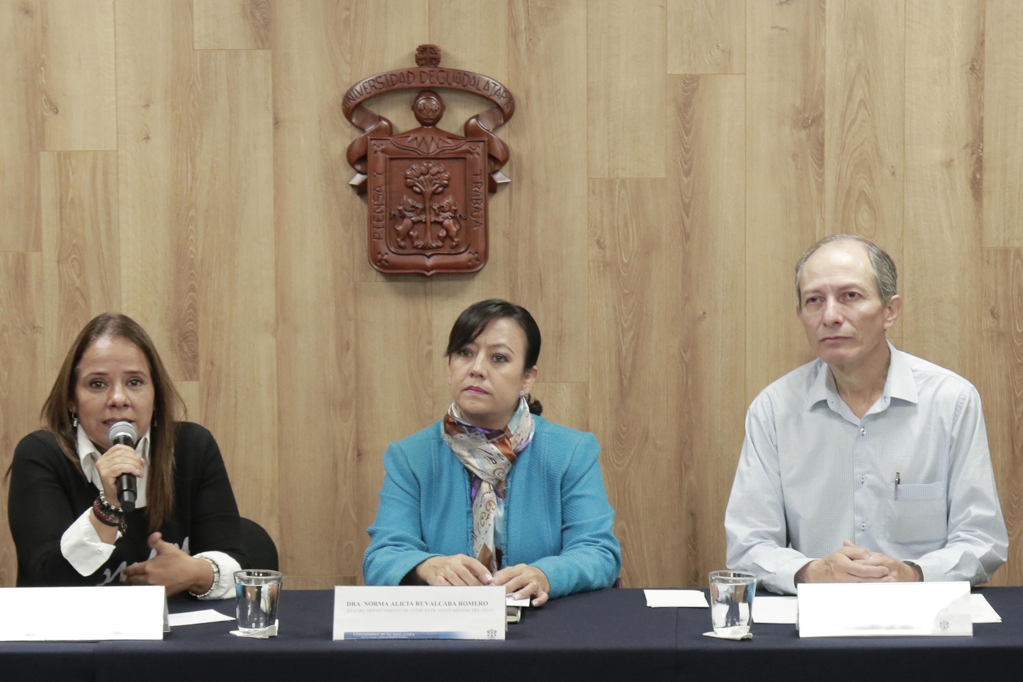 Responsable del programa y profesora investigadora del Departamento de Clínicas de Salud Mental, del CUCS, maestra Yasmín González Gaxiola, haciendo uso de la palabra