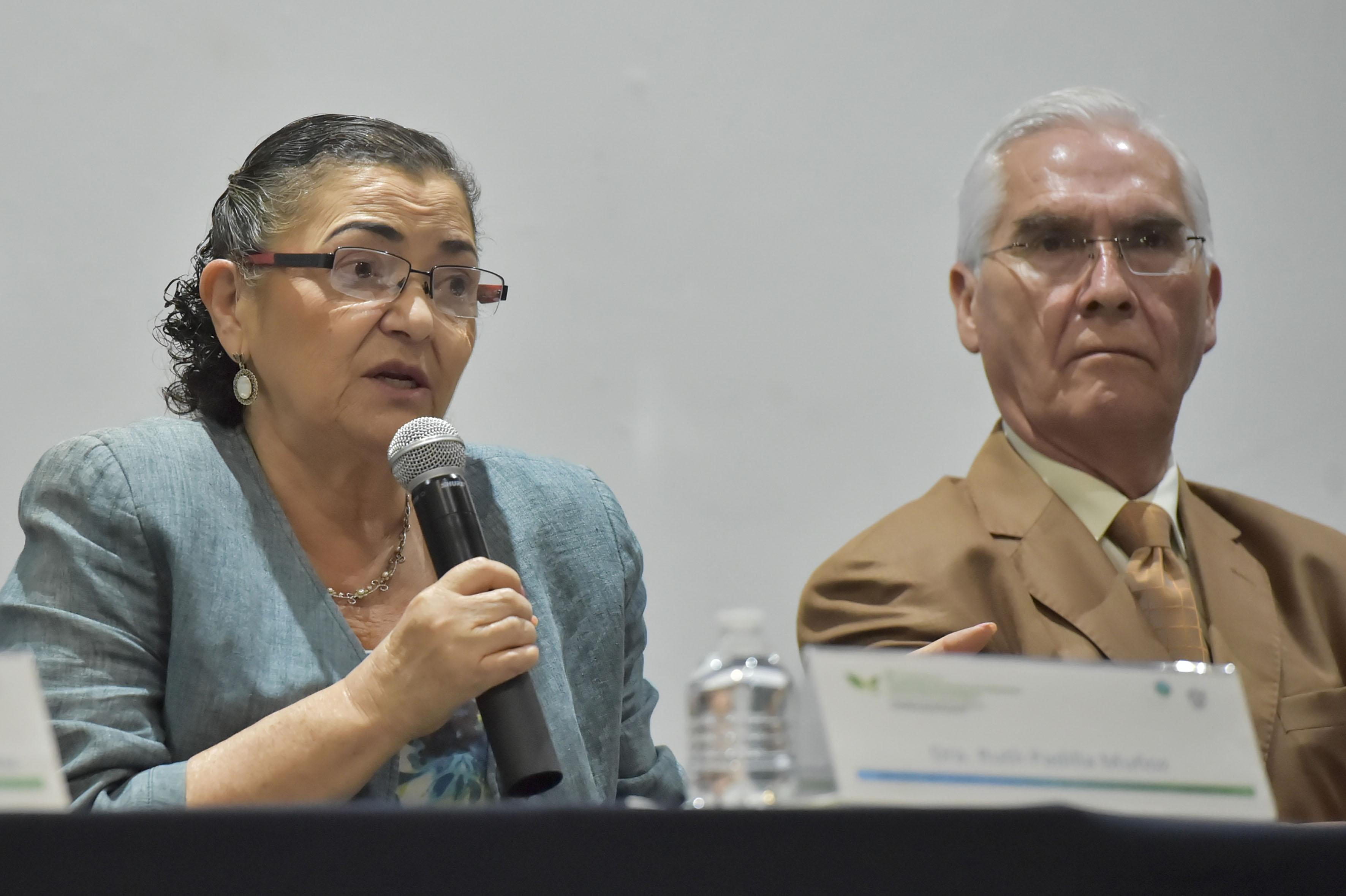 Rectora del Centro Universitario de Ciencias Exactas e Ingenierías, doctora Ruth Padilla Muñoz, con micrófono en mano haciendo uso de la palabra.