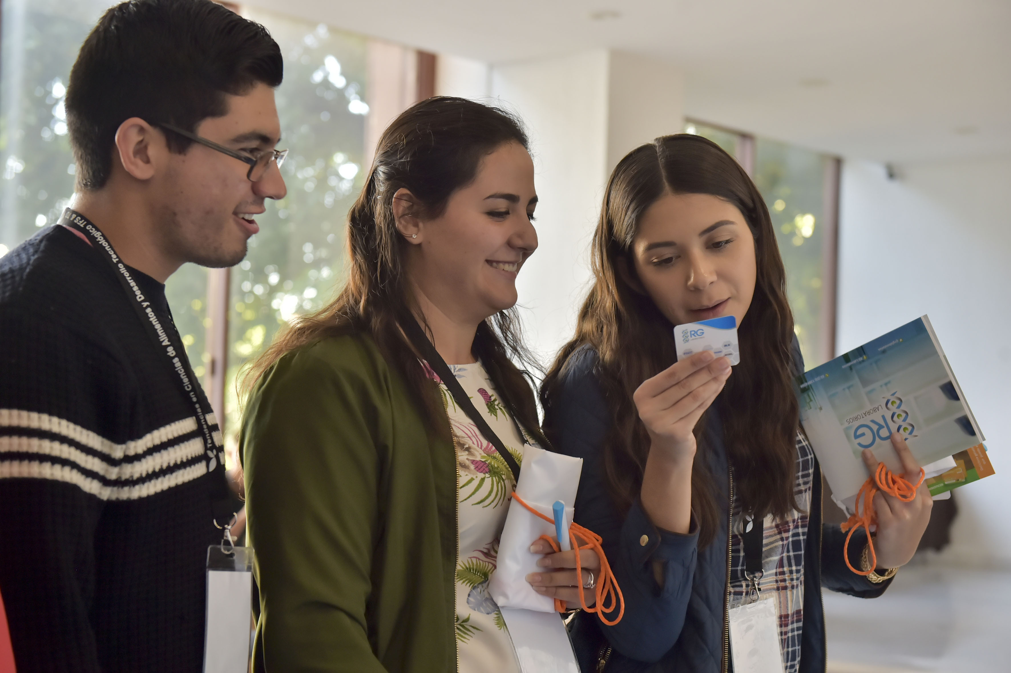 Estudiantes universitarios asistentes al Congreso, recopilando y revisando información de instituciones y laboratorios que ofrecían sus servicios.